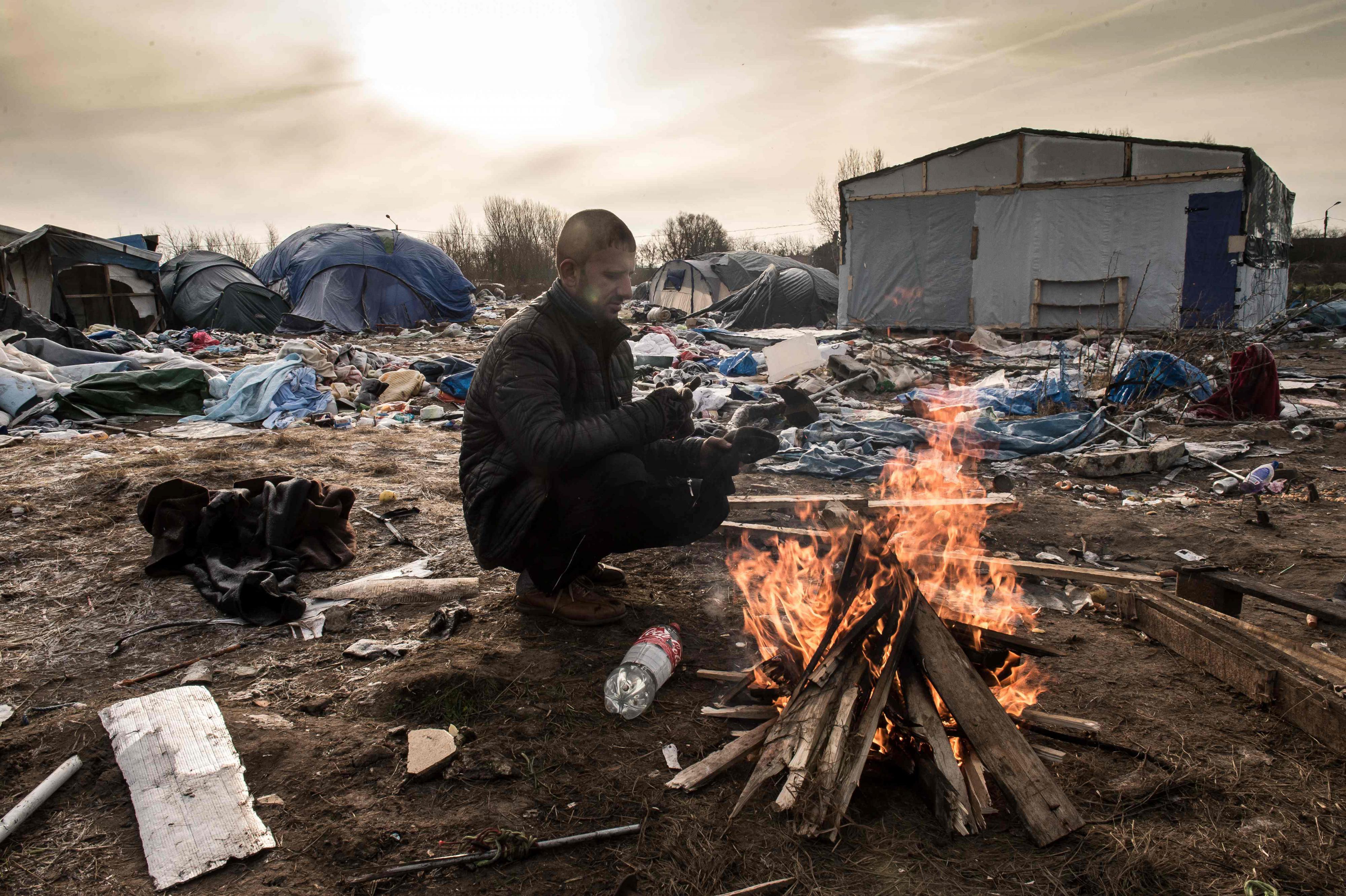 Een vluchteling op het ontruimde tentenkamp de 'Jungle' van Calais. Foto: EPA