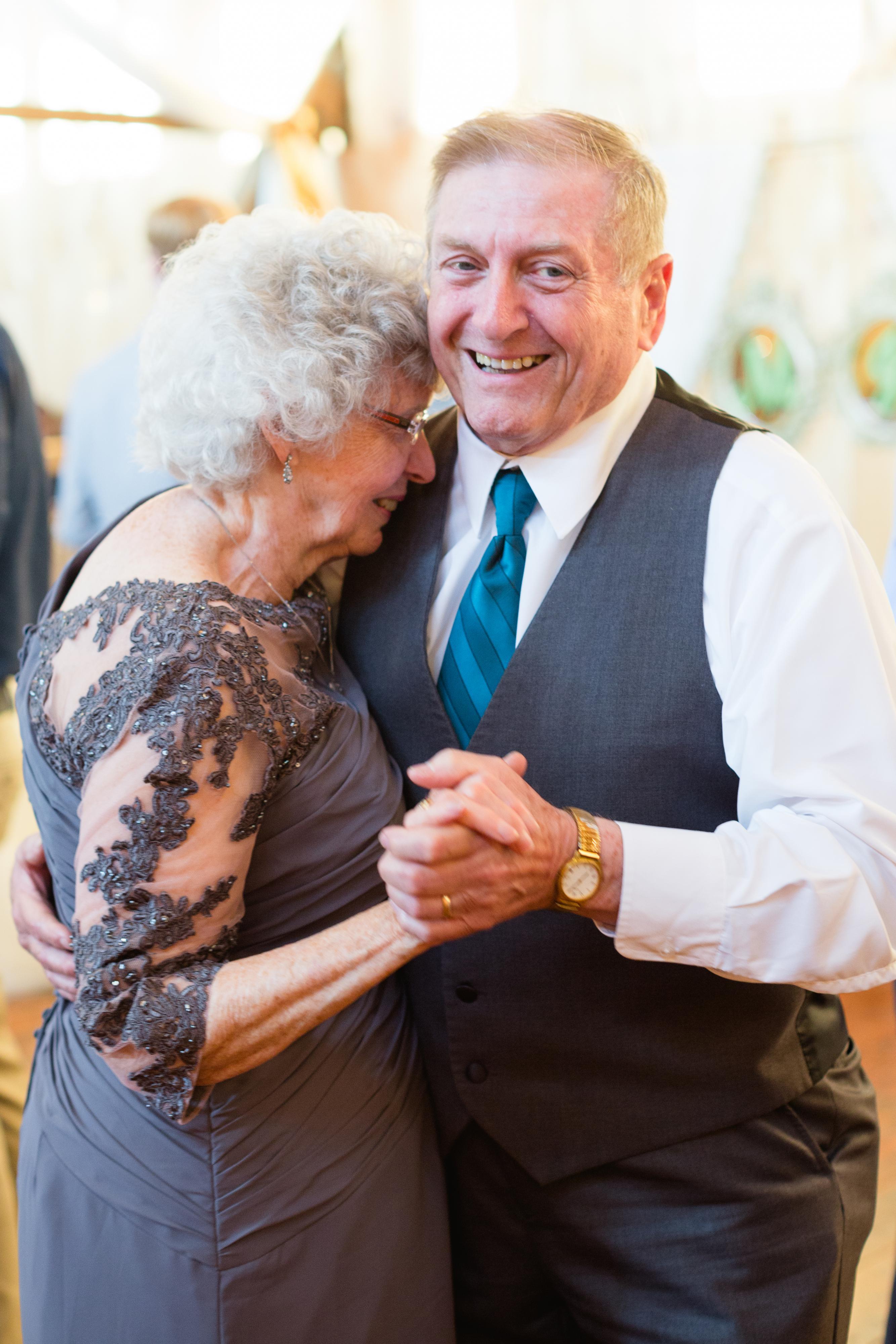 Zien: oma's als bruidsmeisjes op bijzondere bruiloft