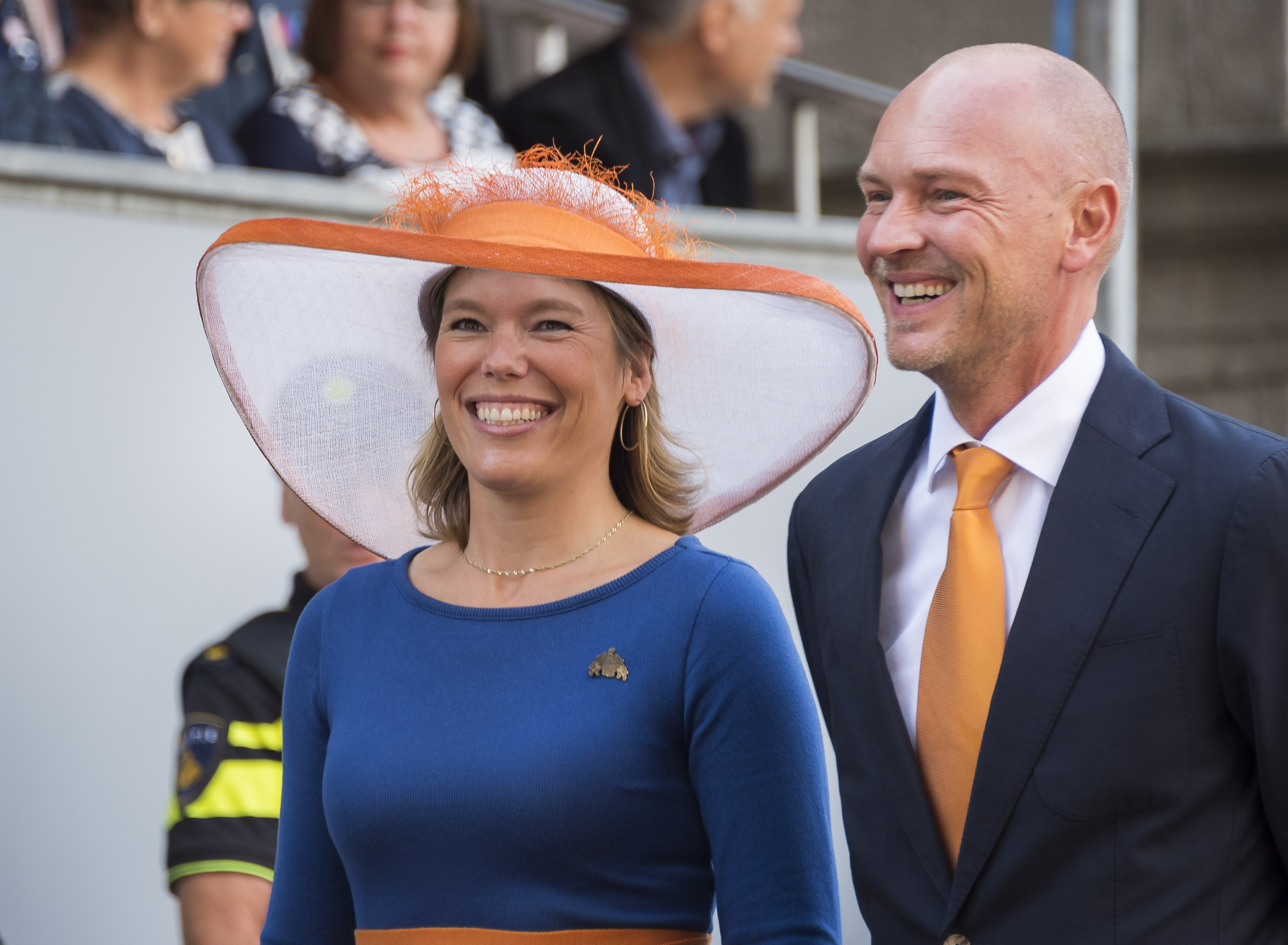 PvdA-Kamerlid Lea Bouwmeester met partner bij de Ridderzaal op Prinsjesdag
