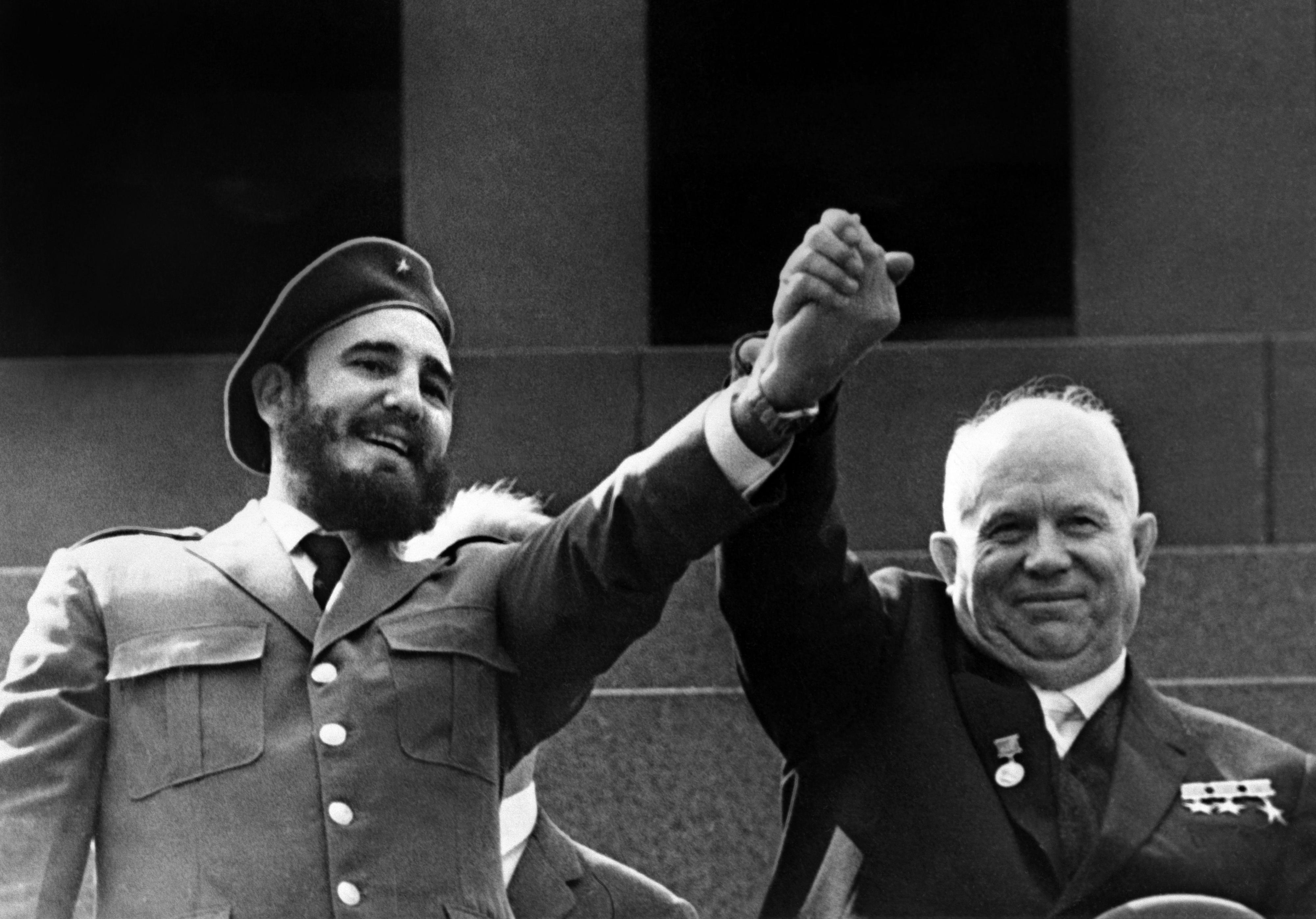 Oud-president Castro (L) met Sovjet-leider Nikita Chroesjtsjov, 1963. Foto: AFP