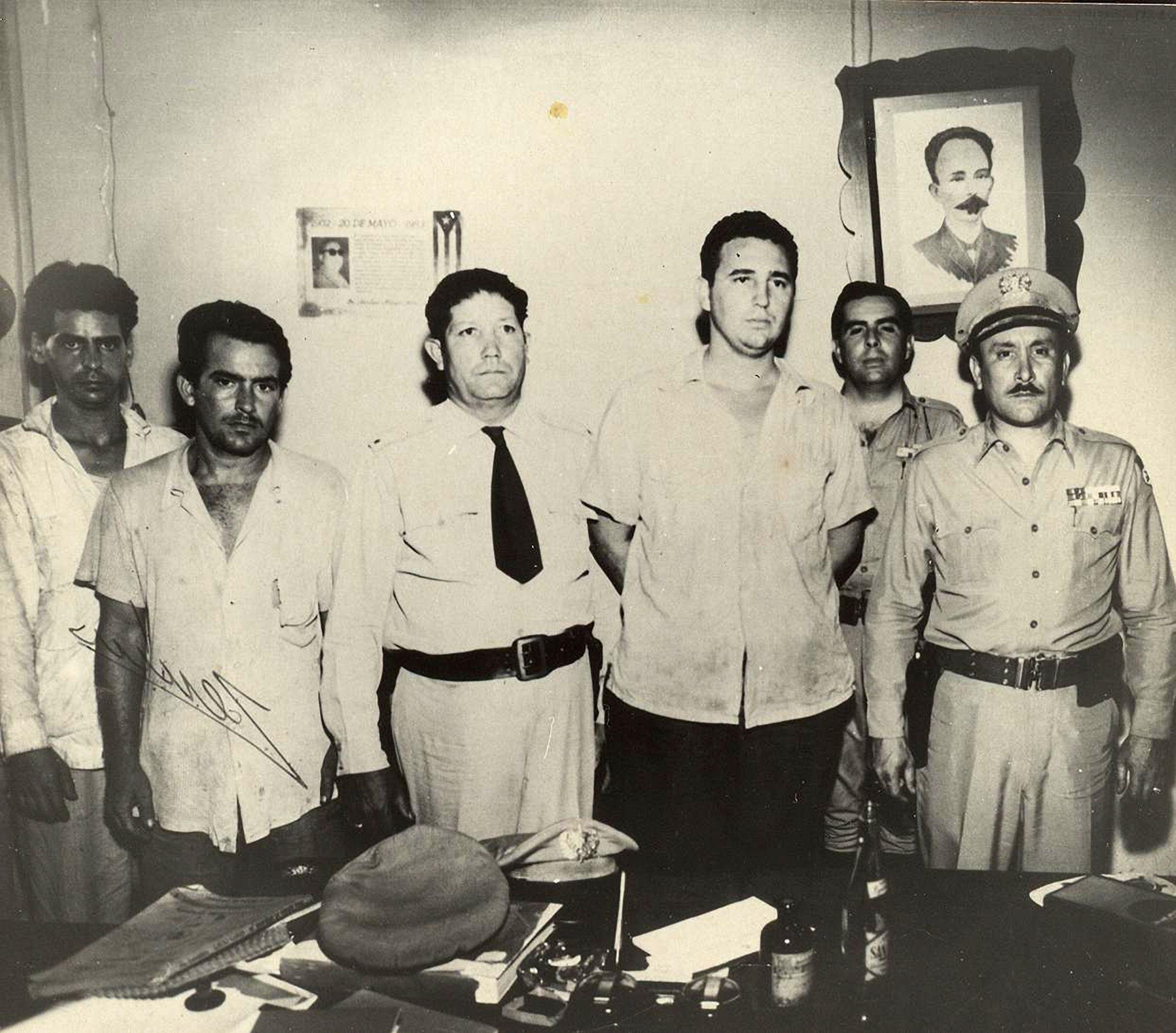 Fidel Castro (derde van rechts) in Santiago de Cuba. Foto: AFP