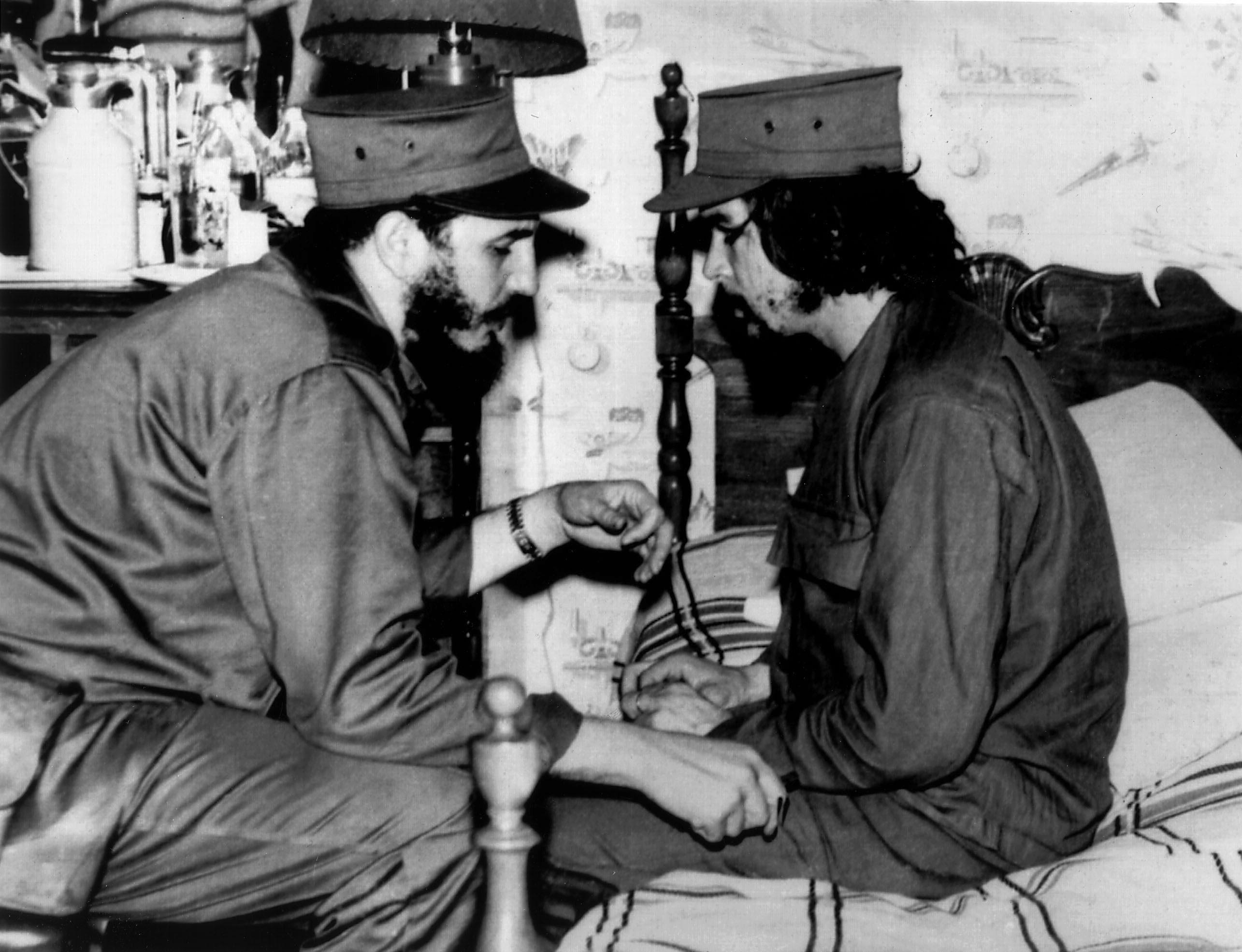 Fidel Castro met zijn kameraad Ernesto 'Che' Guevara. 1959. Foto: AFP