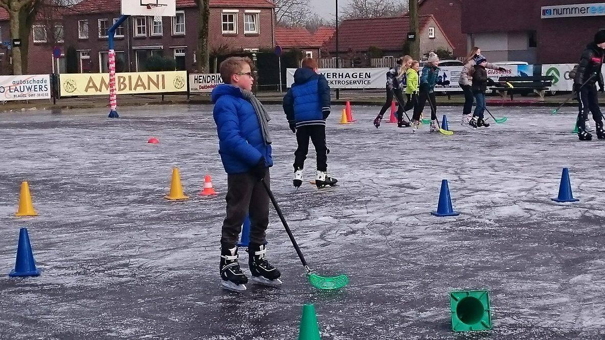 Schoolkinderen hebben hun gymles op de schaatsbaan