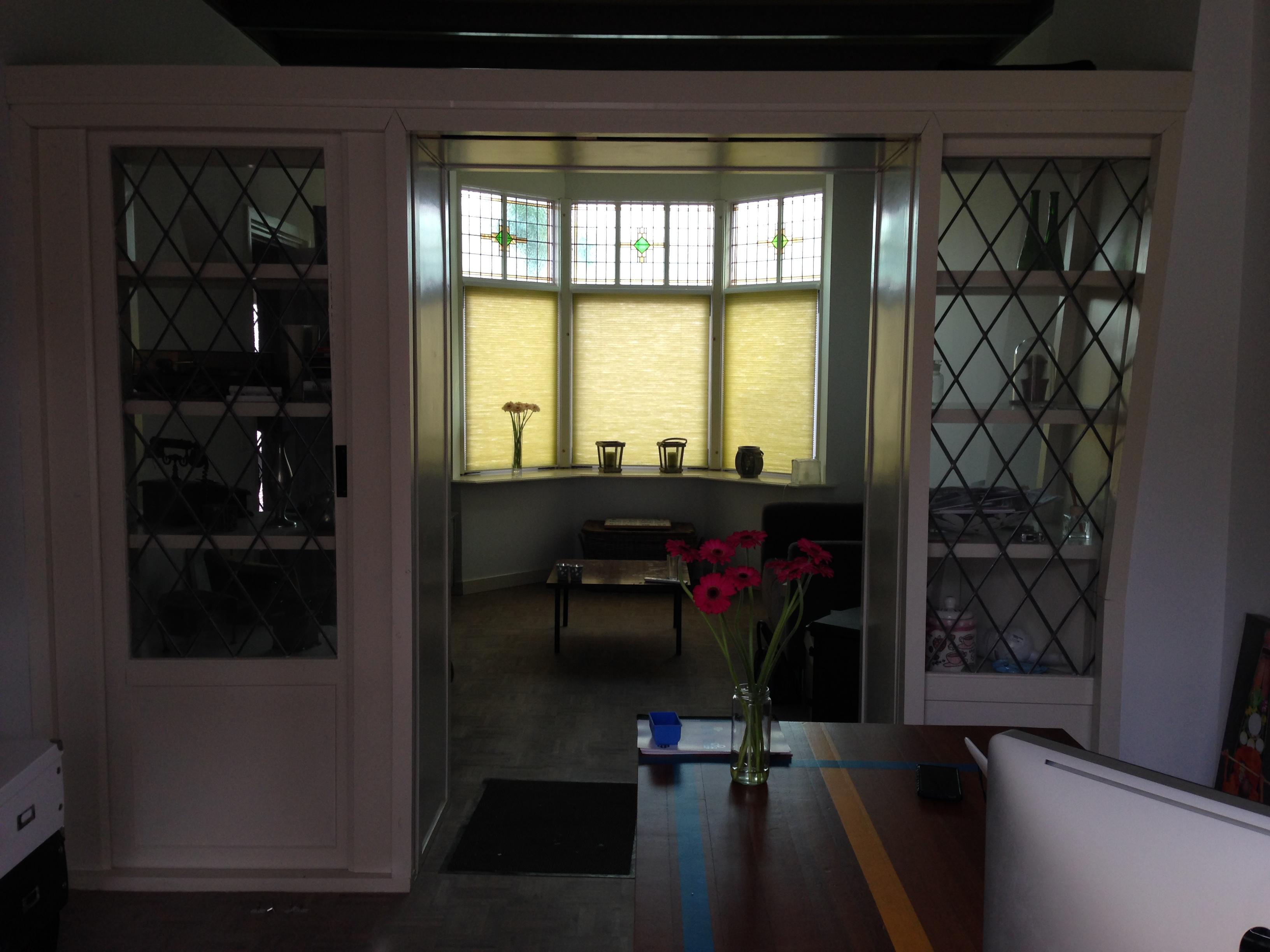 De woonkamer, met een oude gymzaalvloer als tafelblad