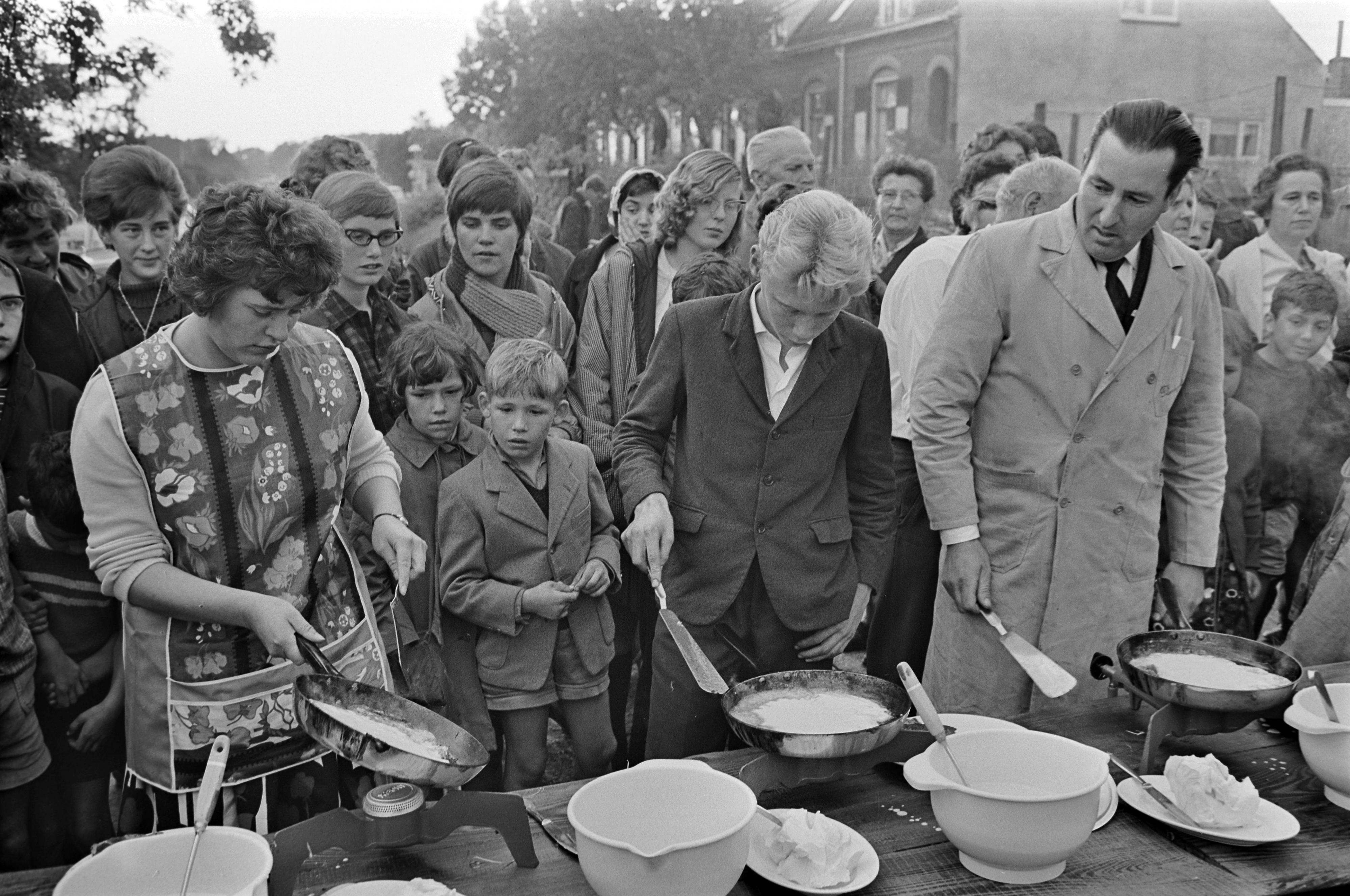 Al generaties lang houden we van pannenkoeken. Deze pannenkoekrace dateert uit 1965. / ANP