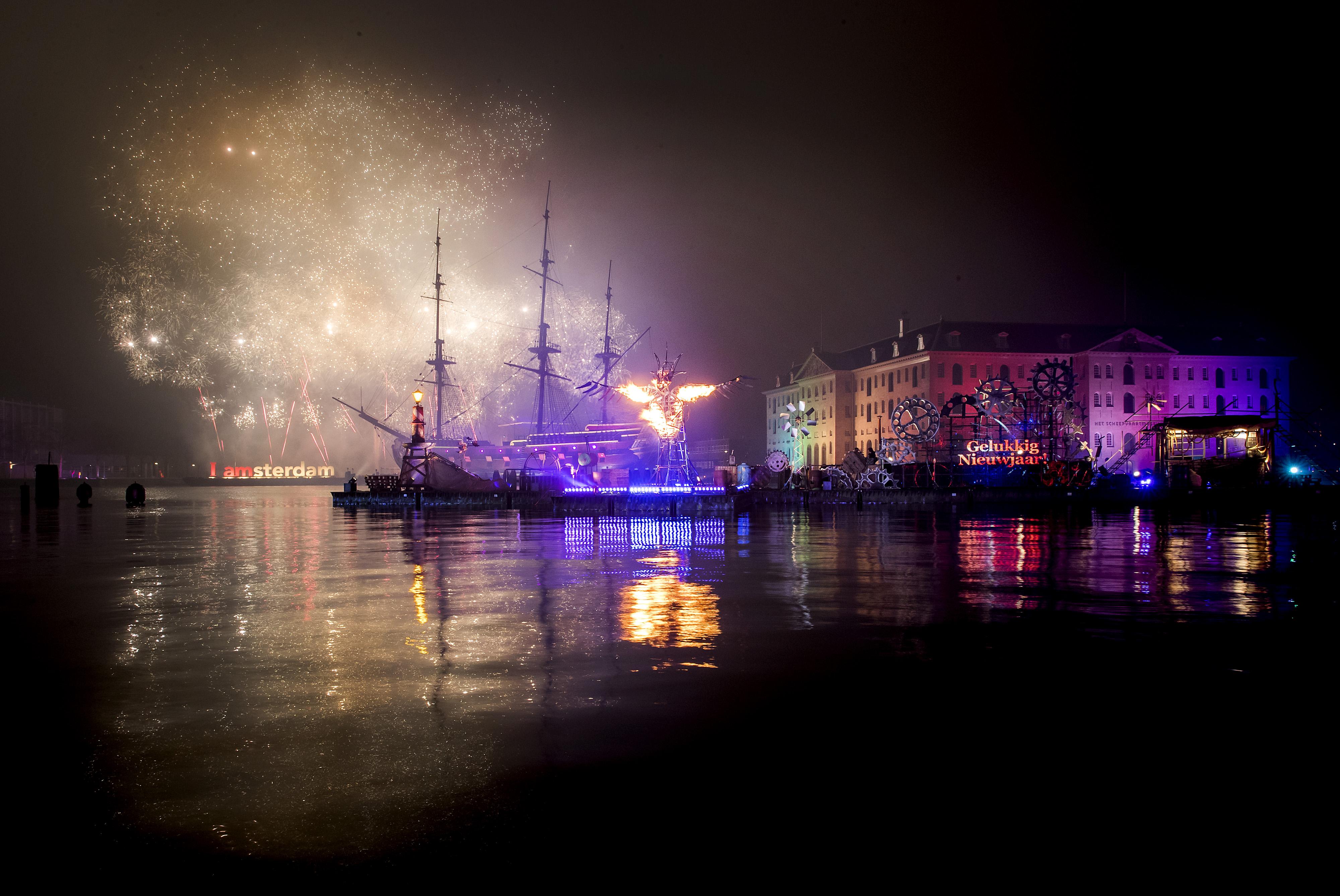 Een vuurwerkshow om 2017 in te luiden op het Oosterdok bij het Scheepvaartmuseum. / Koen van Weel | ANP
