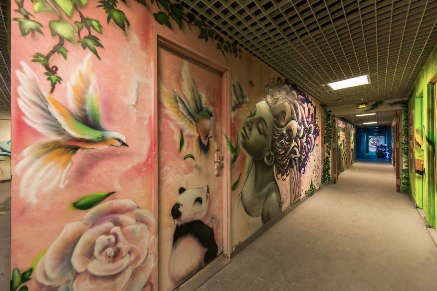 Wow: graffitiartiesten maken kunstwerk van school