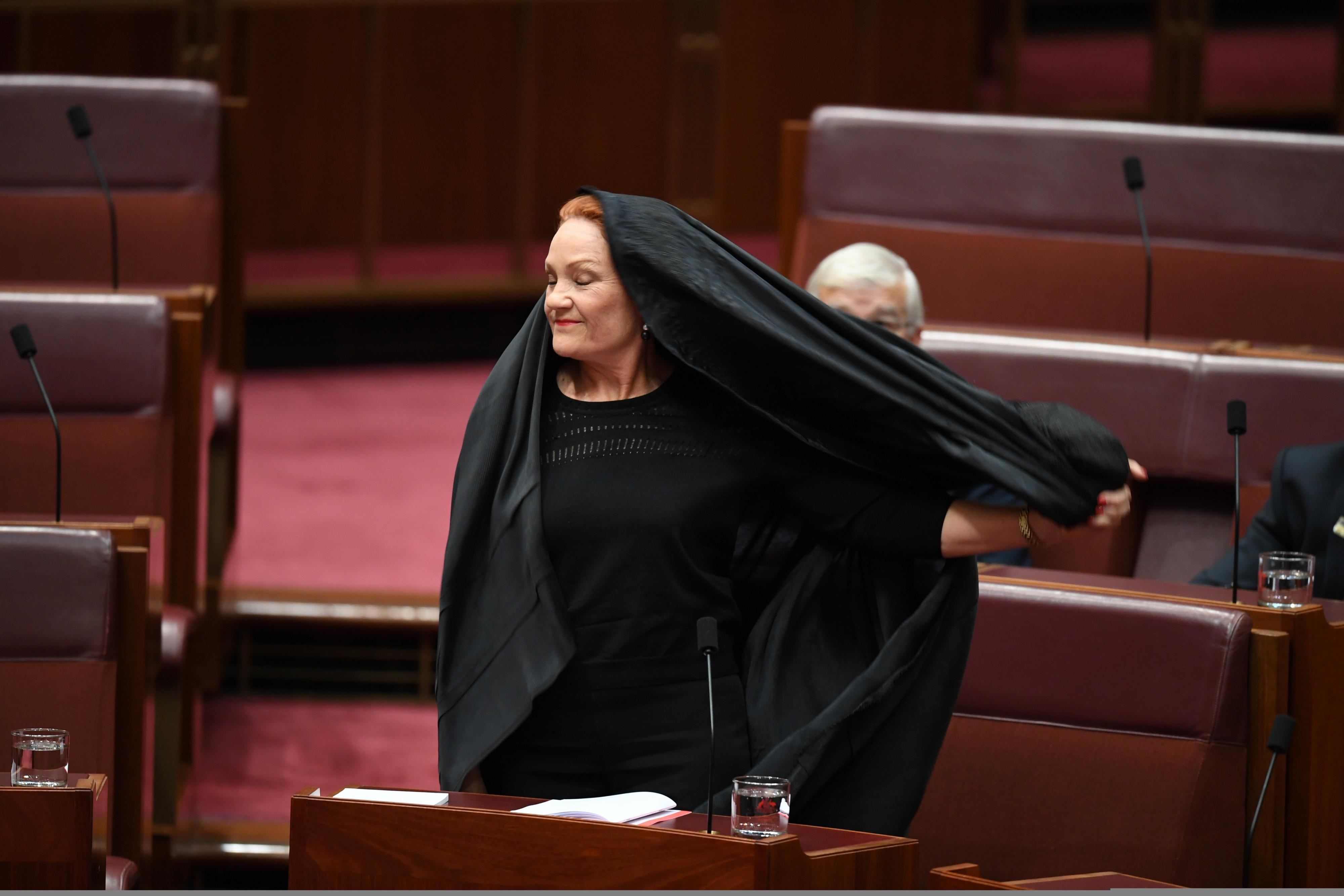 Australische senator komt in boerka naar parlement