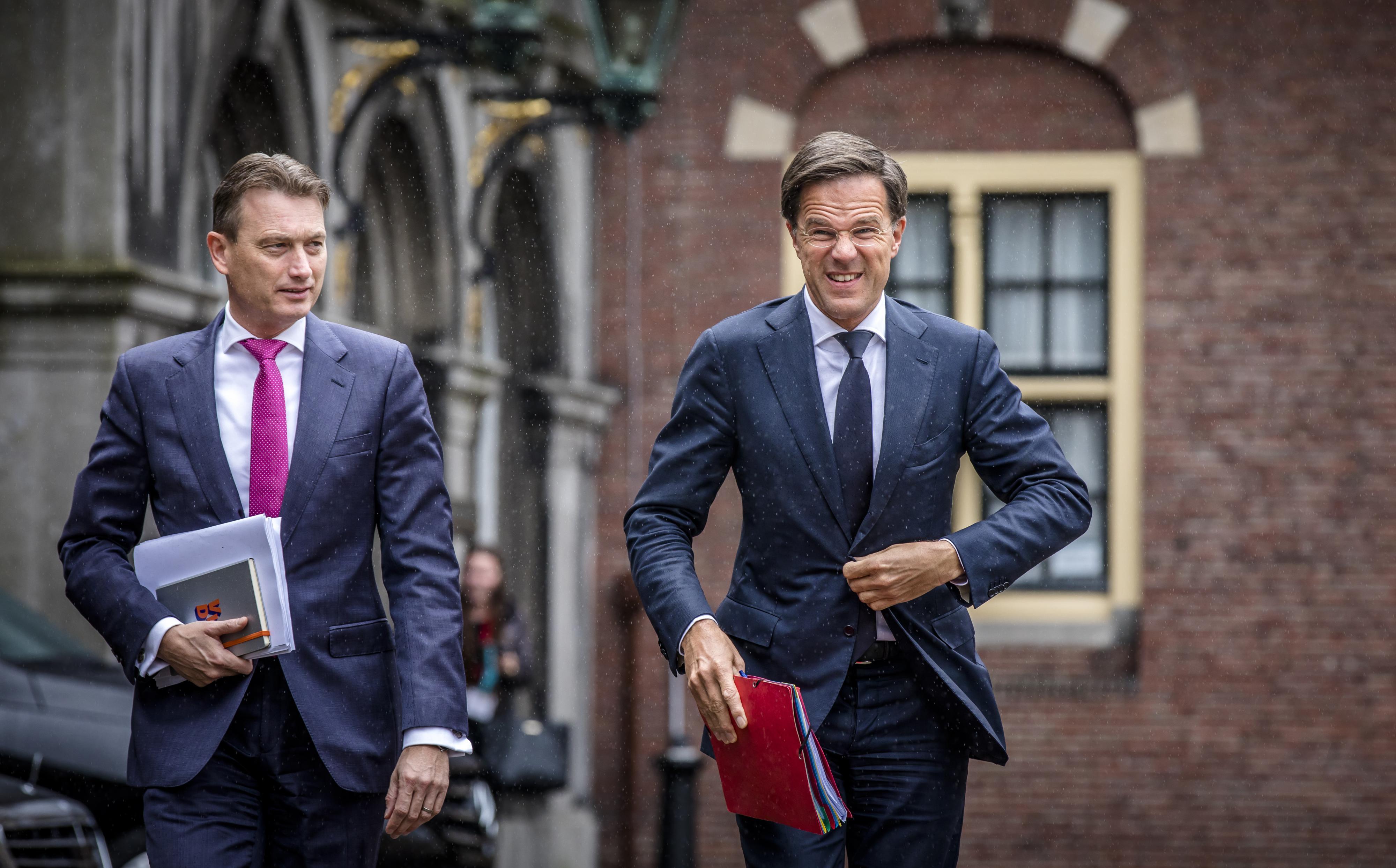 Halbe Zijlstra (VVD) en Premier Mark Rutte bij aankomst op het Binnenhof voor een gesprek met informateur Gerrit Zalm. Foto: ANP