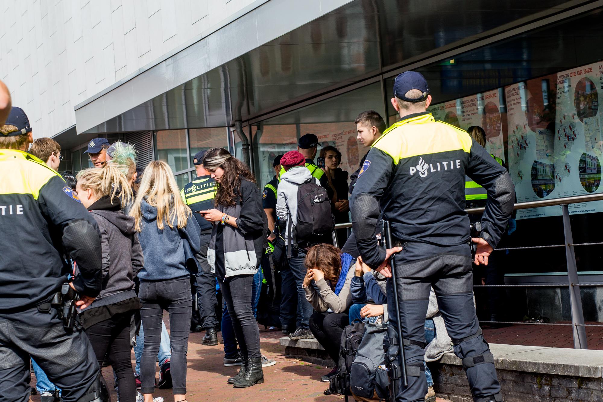 De betogers moesten werden gefouilleerd en moesten zich legitimeren