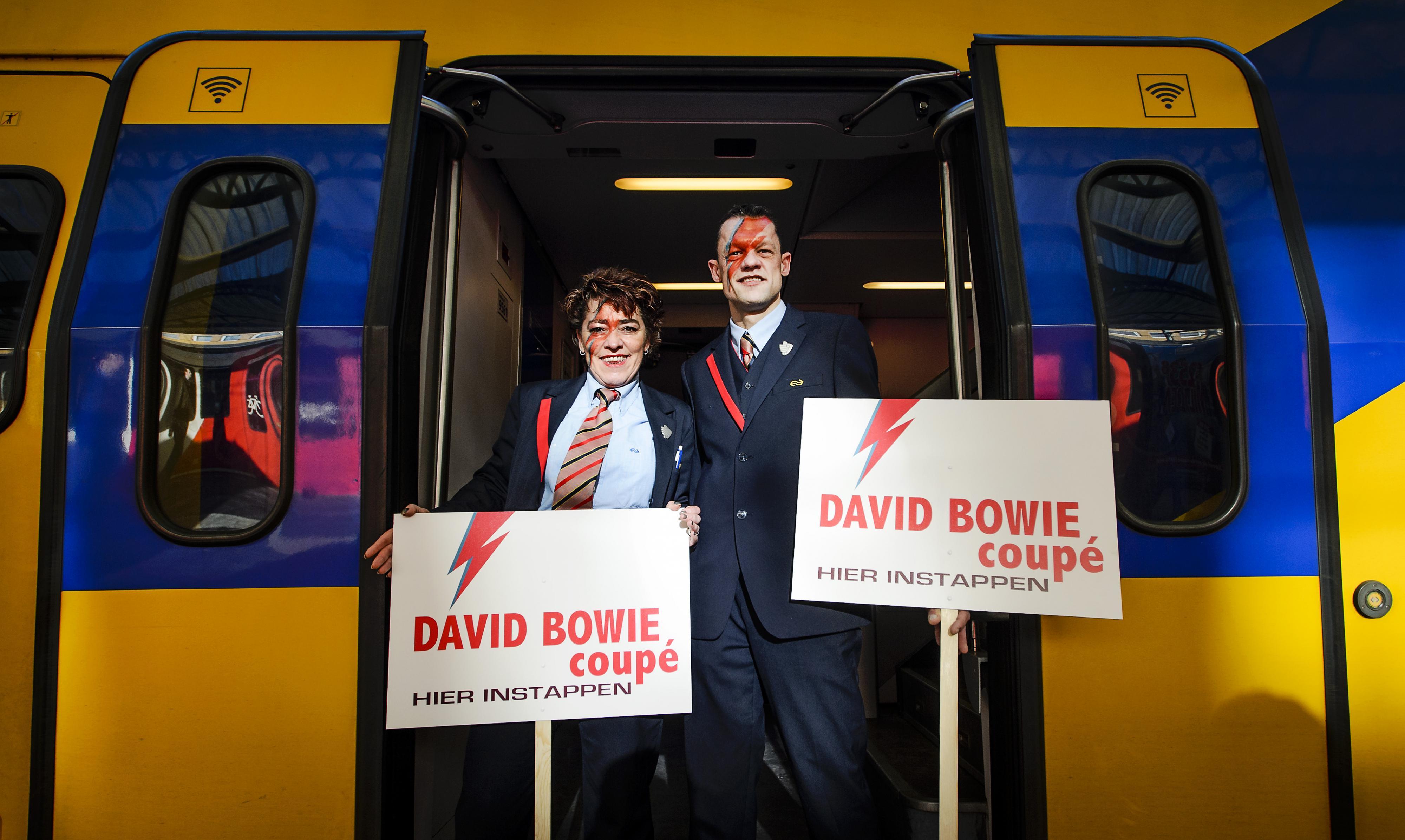 Na het overlijden van David Bowie werd er een coupé aan hem gewijd richting de expositie in Groningen. Foto: ANP