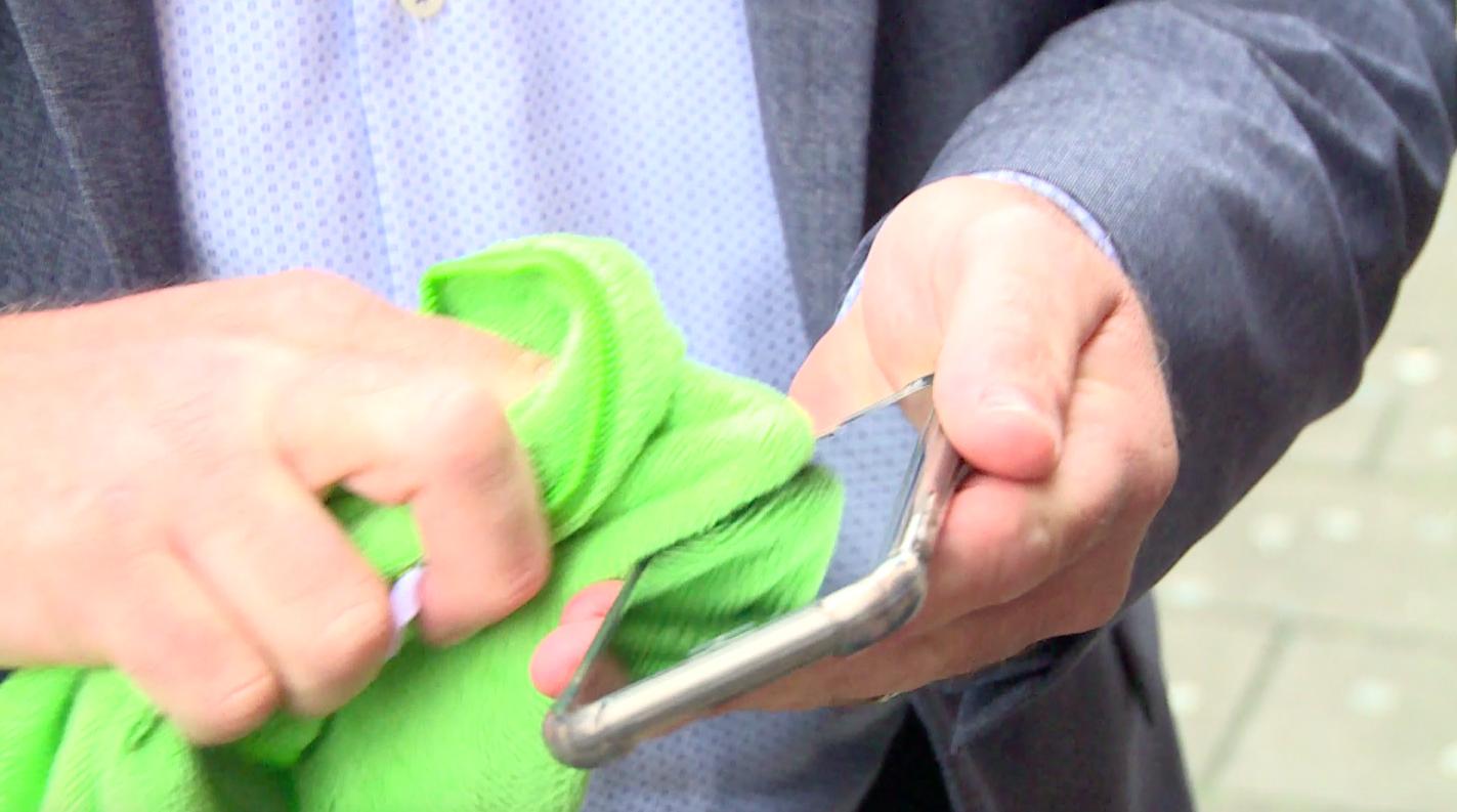 We maken onze smartphone bijna nooit schoon