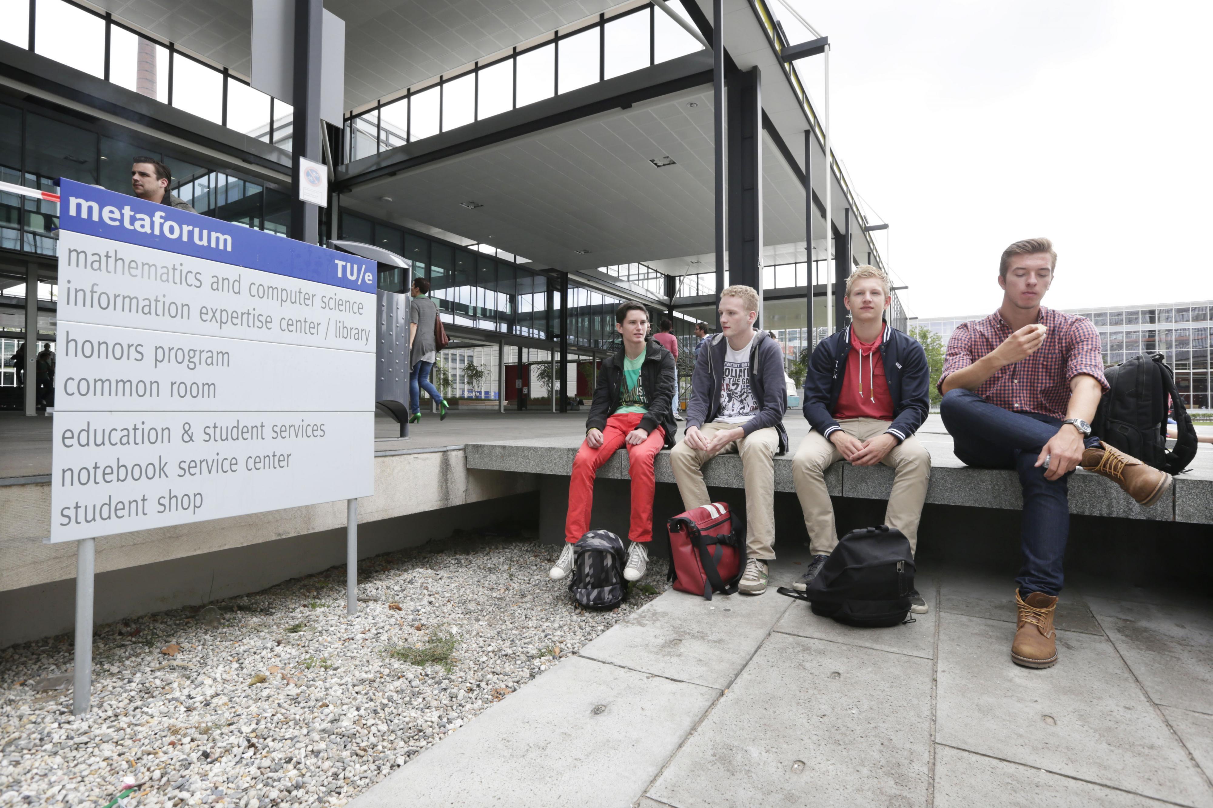 Studenten pauzeren bij het Metaforum op de Technische Universiteit Eindhoven. Foto: ANP / Joyce van Belkom