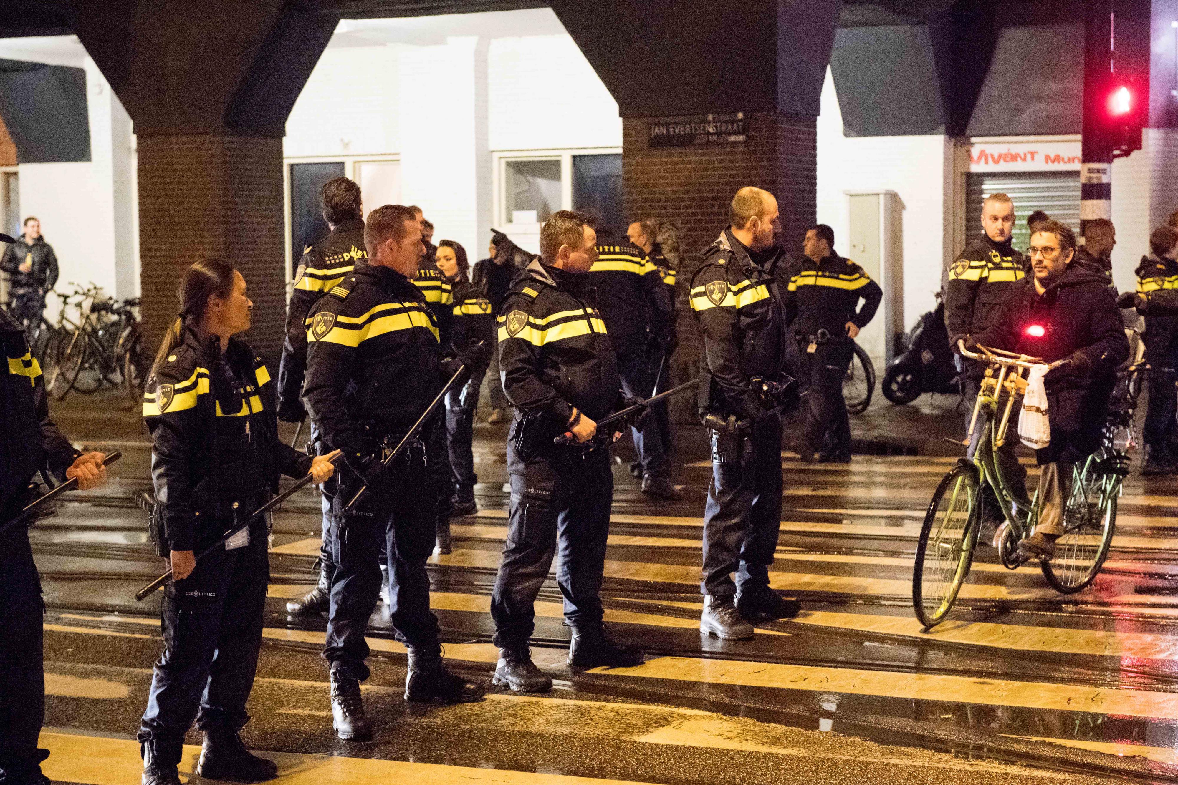 Politie treedt op bij het Amsterdamse Mercatorplein, waar fans van het Marokkaanse voetbalelftal feestvieren. Foto: ANP | Mischa Schoemaker