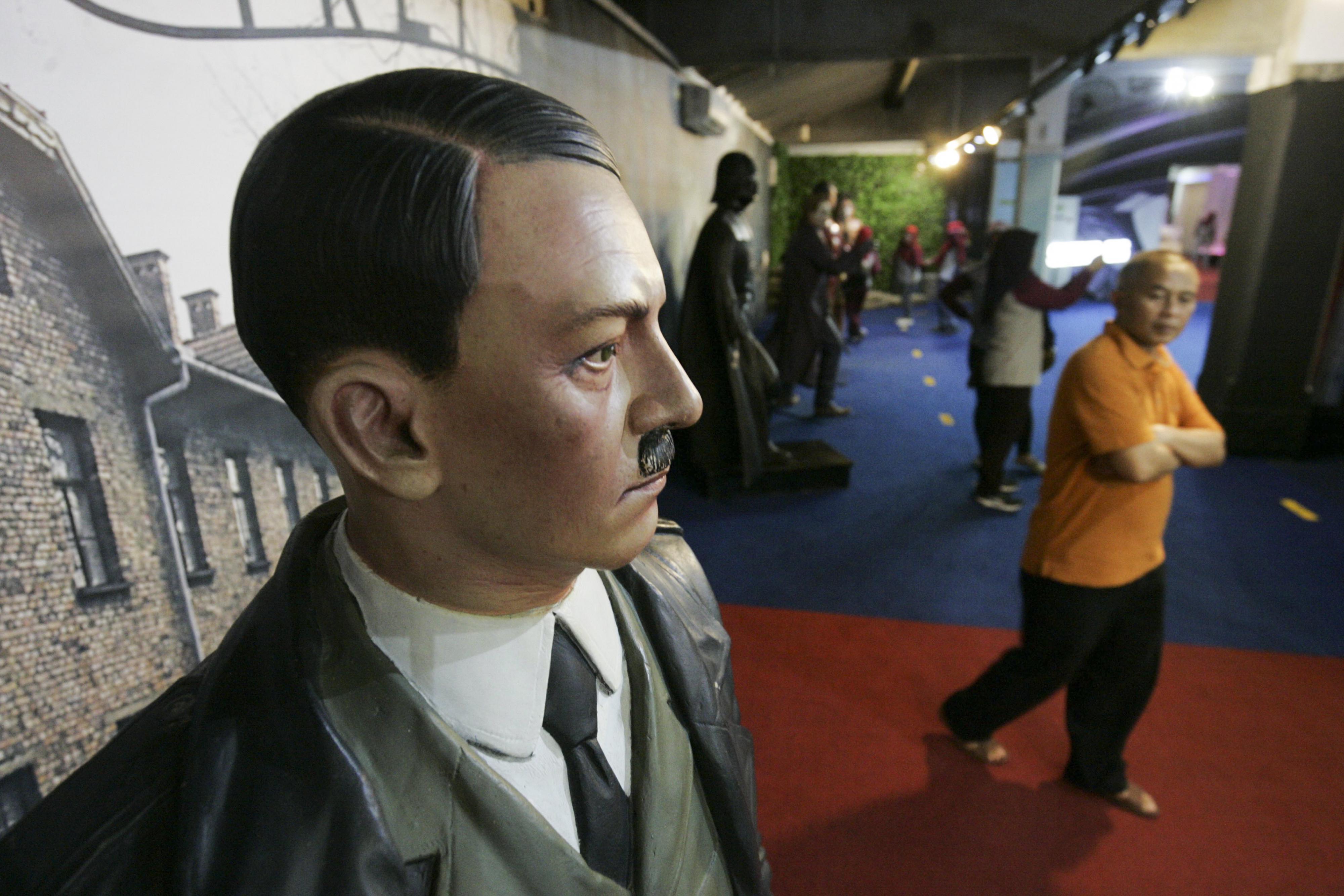 Een bezoeker wandelt langs het wassen beeld van Adolf Hitler. Foto: EPA