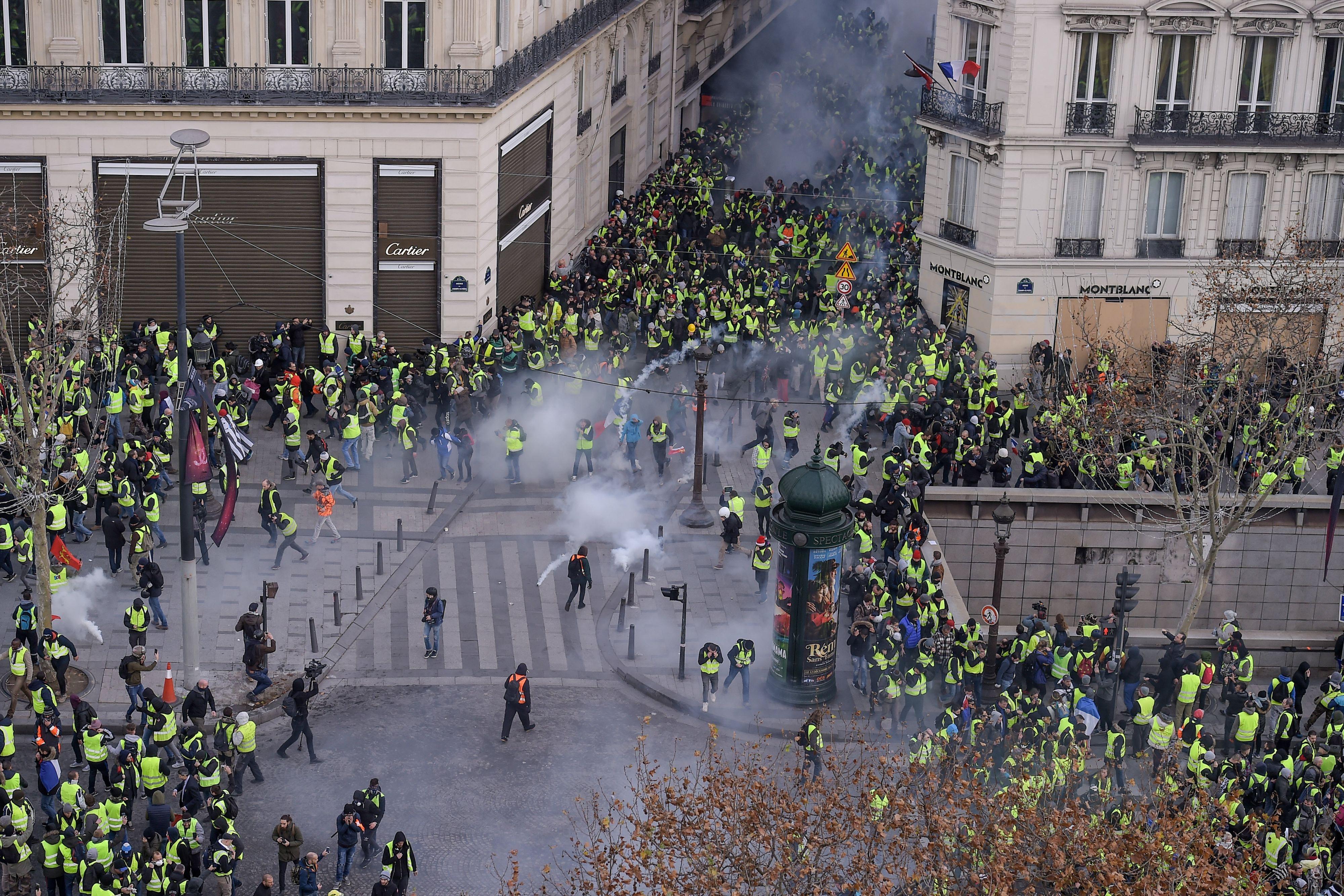In beeld; roerige Gele Hesjes-dag in Frankrijk