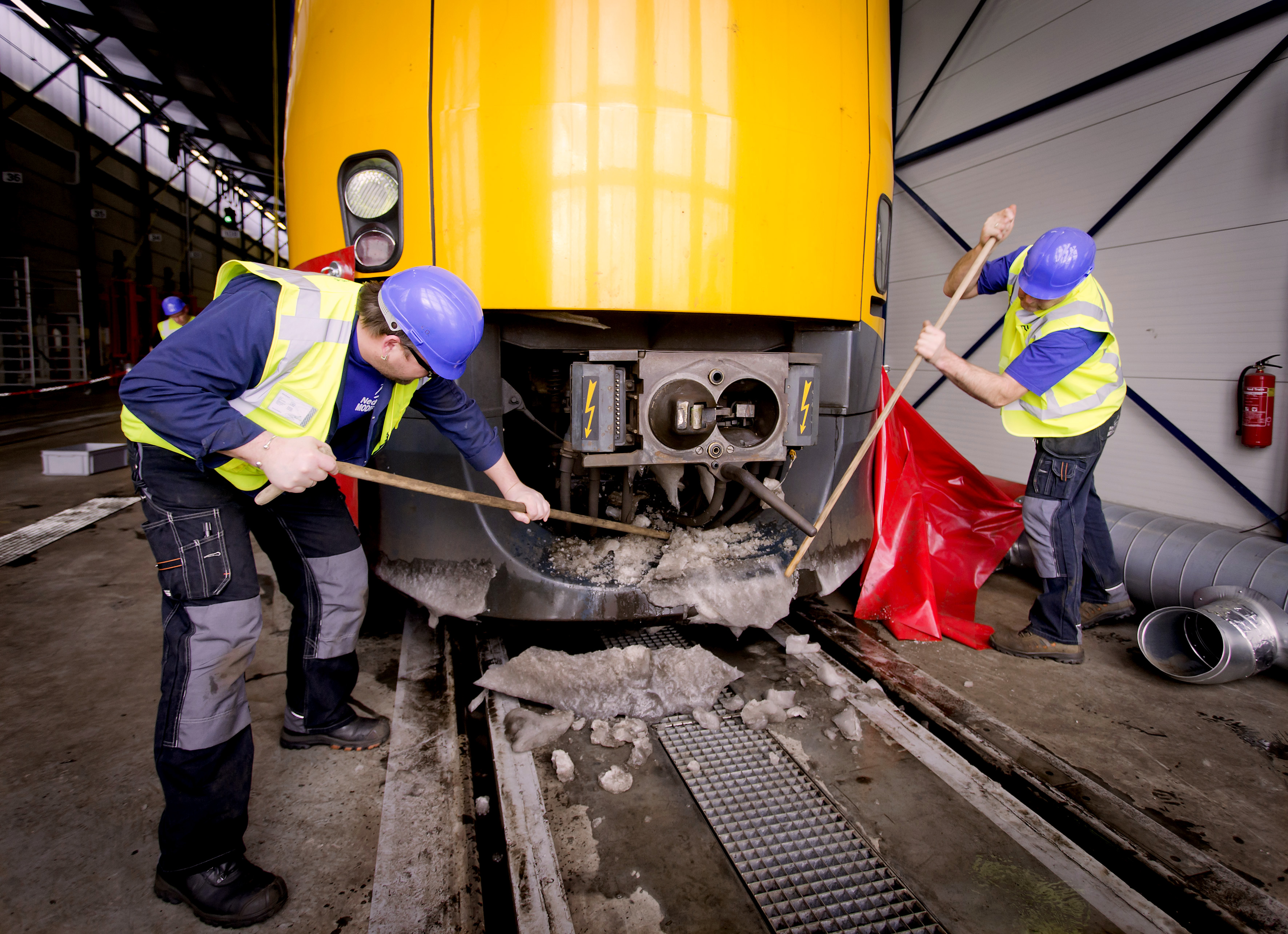 Om tijdens de periode van vrieskou schade aan treinen en wissels te voorkomen, gaan medewerkers van NS-dochter NedTrain aan de slag met het de-icen van de treinstellen.