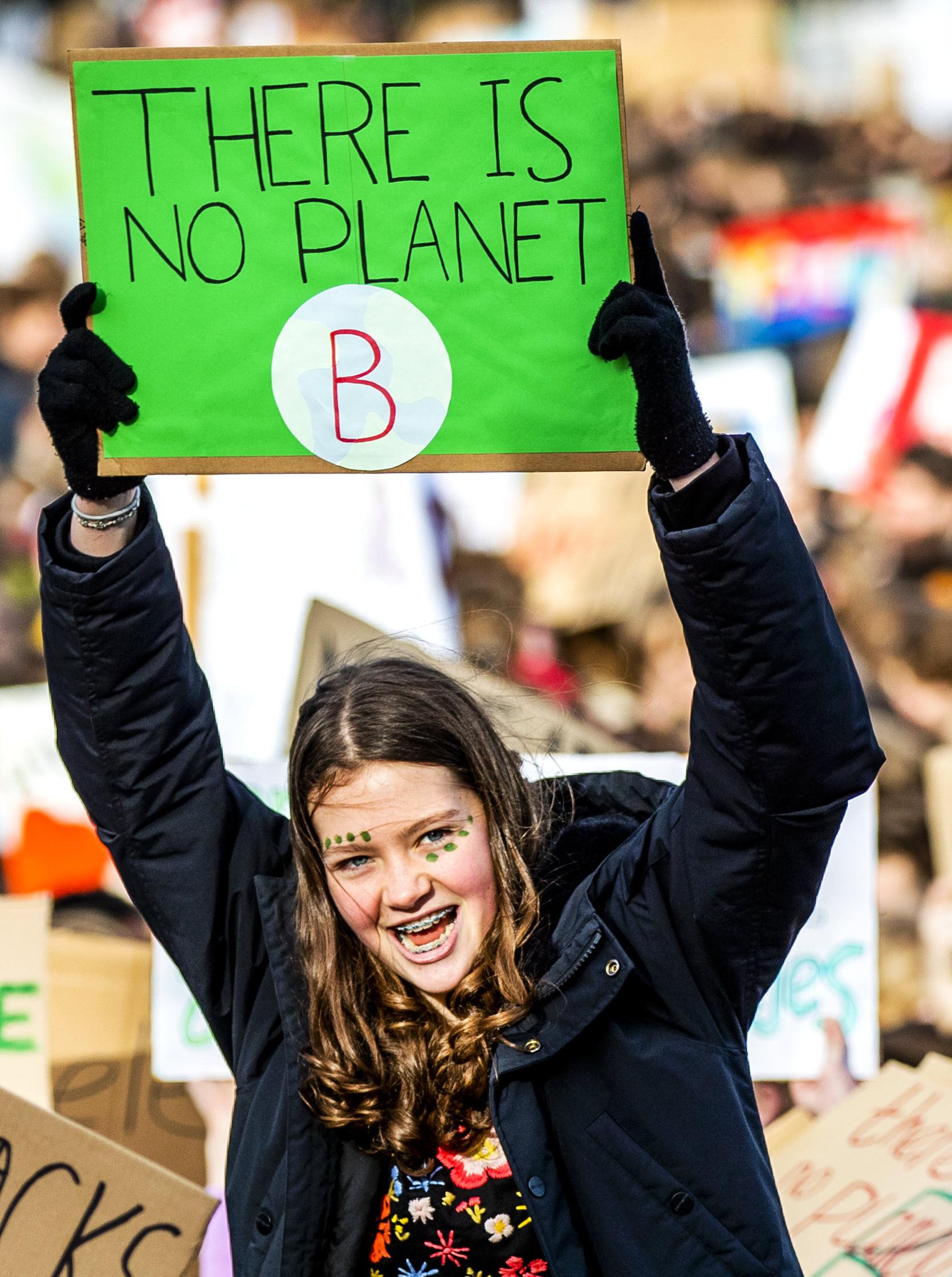 Klimaatspijbelaars gaan los met toffe spandoeken
