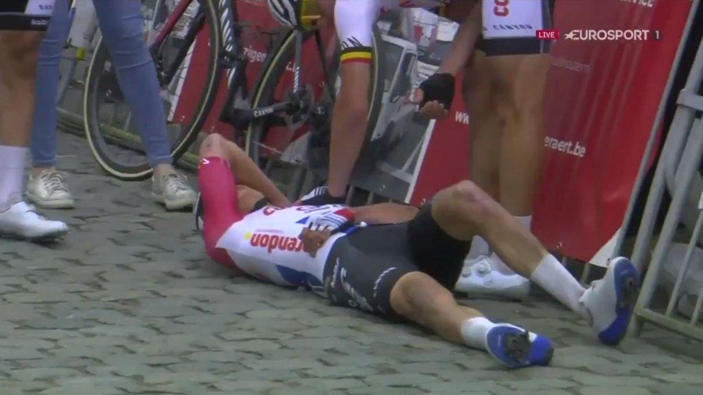 Mathieu van der Poel per ambulance afgevoerd na val