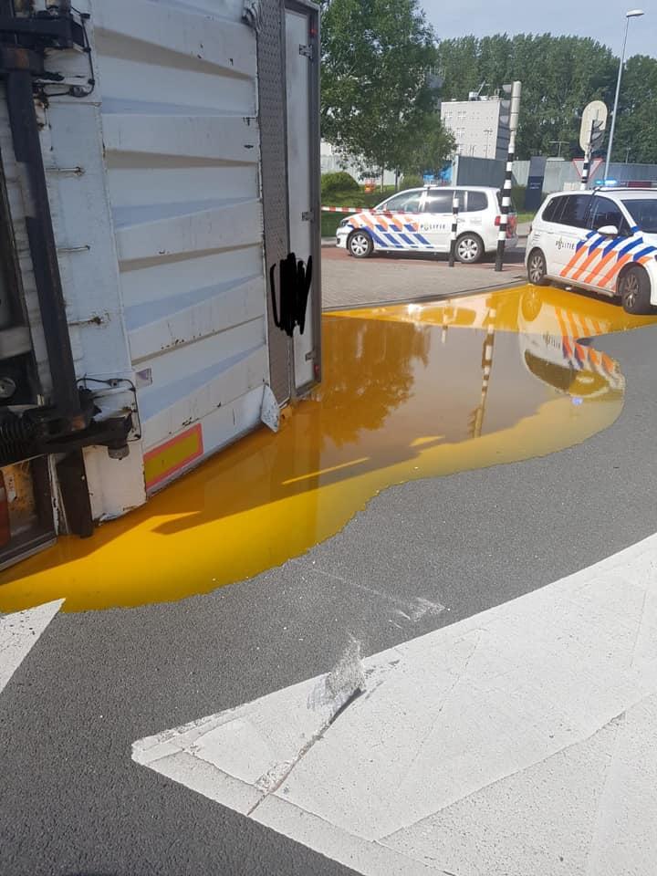 Vrachtwagen kantelt: liters eigeel op straat