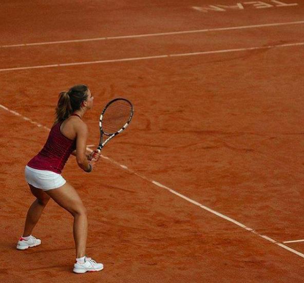 Lotte tijdens haar tenniscarrière. Ze wilde alles of niets, en dus besloot ze na langdurige blessures te stoppen.