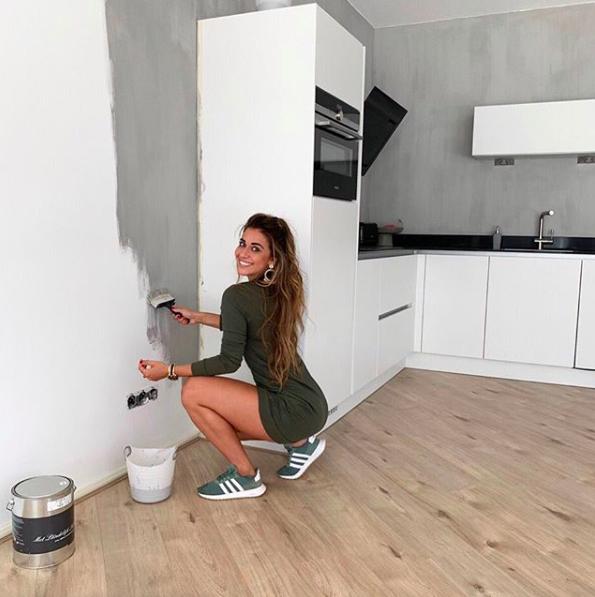 Met een grote glimlach bezig met het verven van haar nieuwe huis, waar ze in 2019 is gaan wonen.