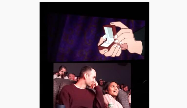 Welp Man vraagt vriendin creatief ten huwelijk in Disneyfilm PW-02