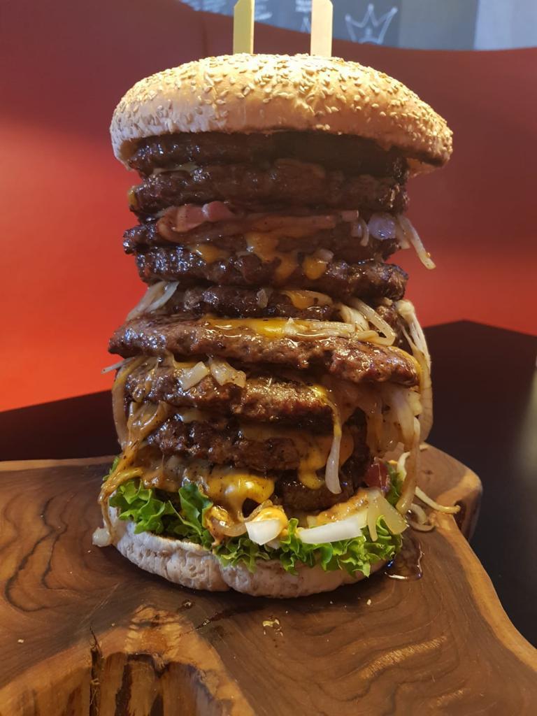 Bodybuilders doen recordpoging met eten van mega hamburger
