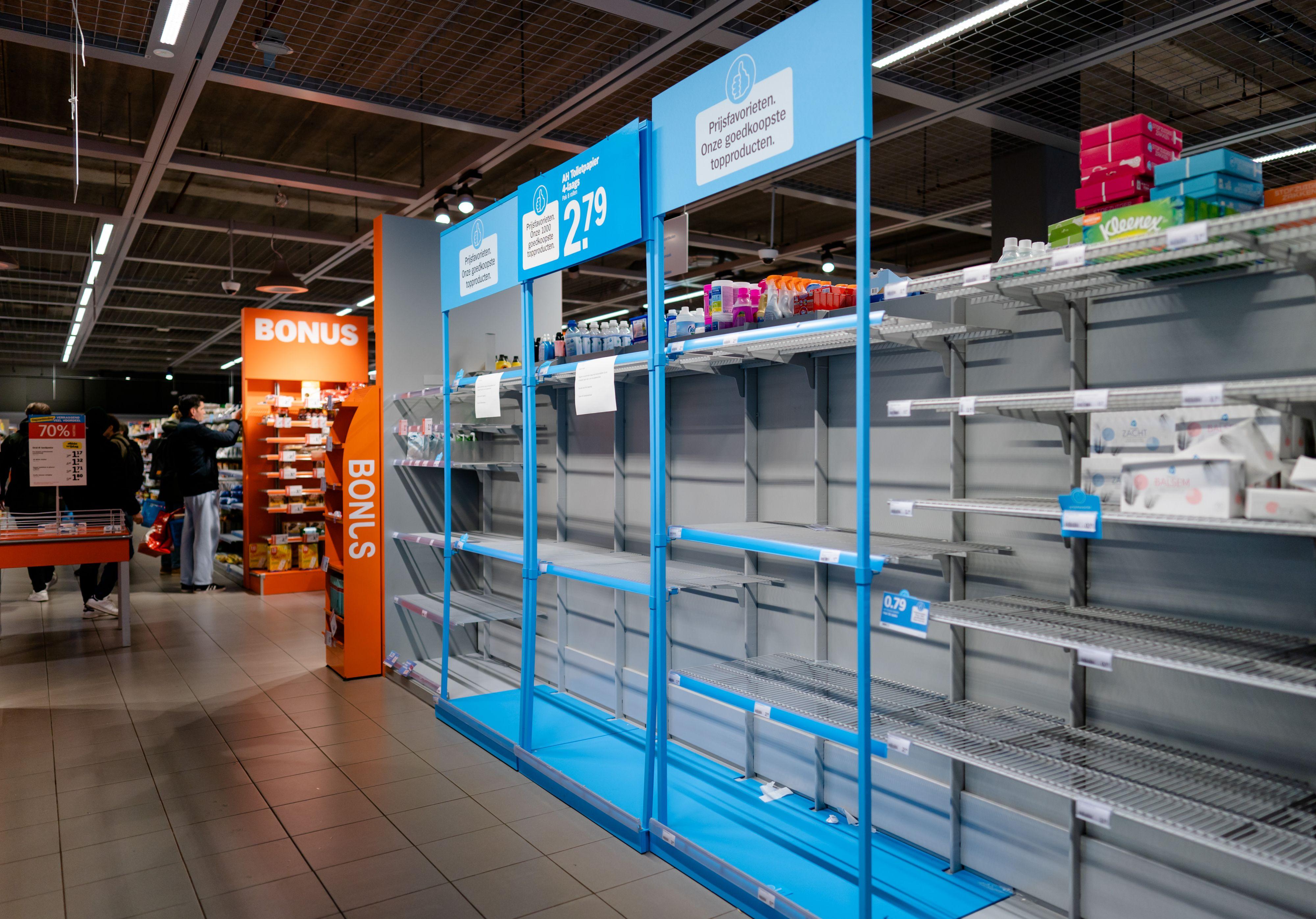 Mensen hamsteren wegens sneeuw, schappen supermarkt leeg - Metronieuws.nl