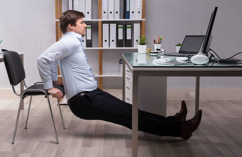Deze home workout kun je zittend achter je bureau doen
