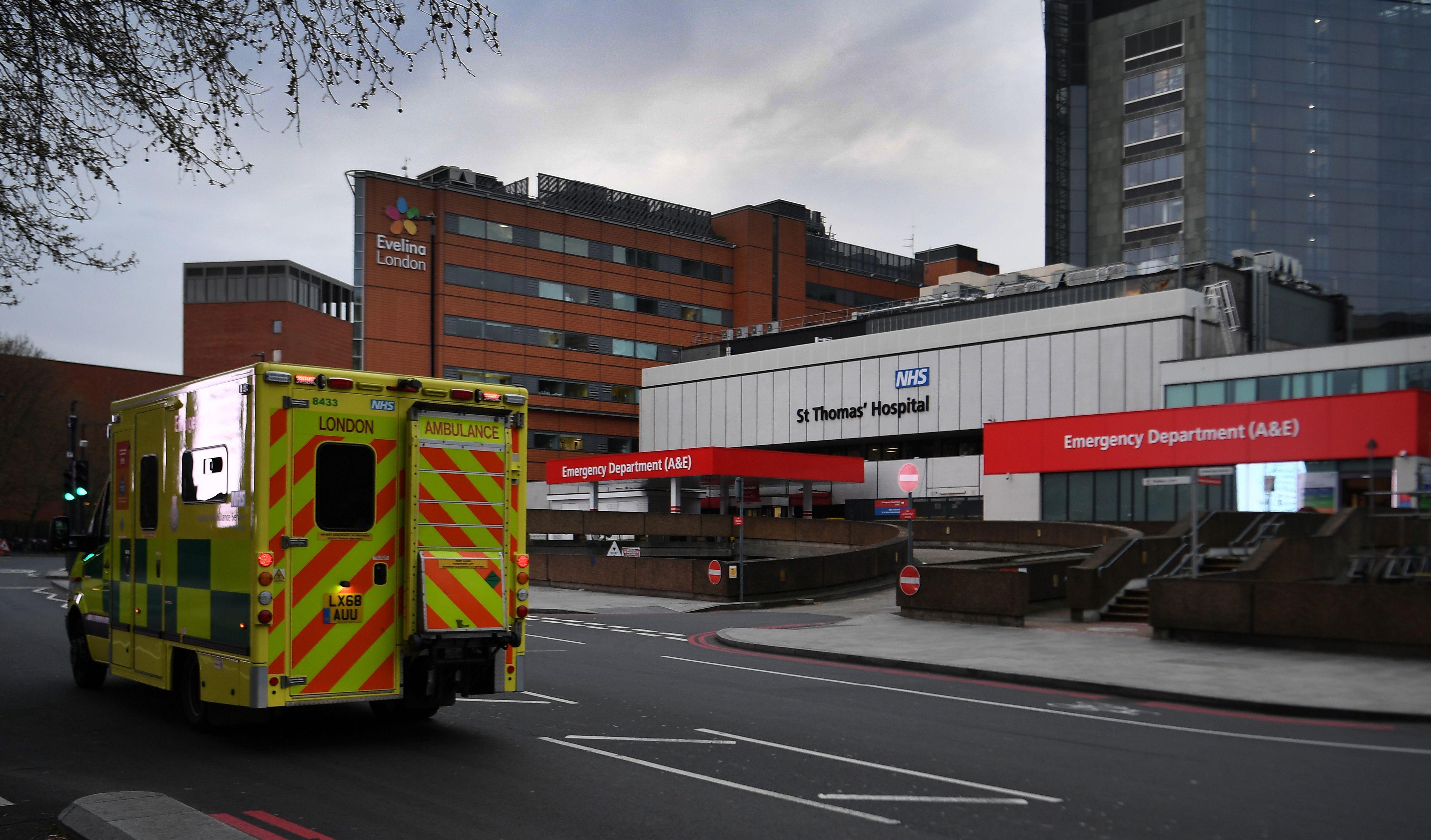 Johnson regeert door vanuit ziekenhuis, veel steun (maar ook gejuich)