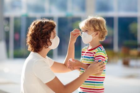 Moeder en kind met mondkapje