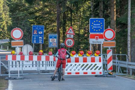 Een foto van, nu nog voor de zomervakantie, een afgesloten grens van Oostenrijk