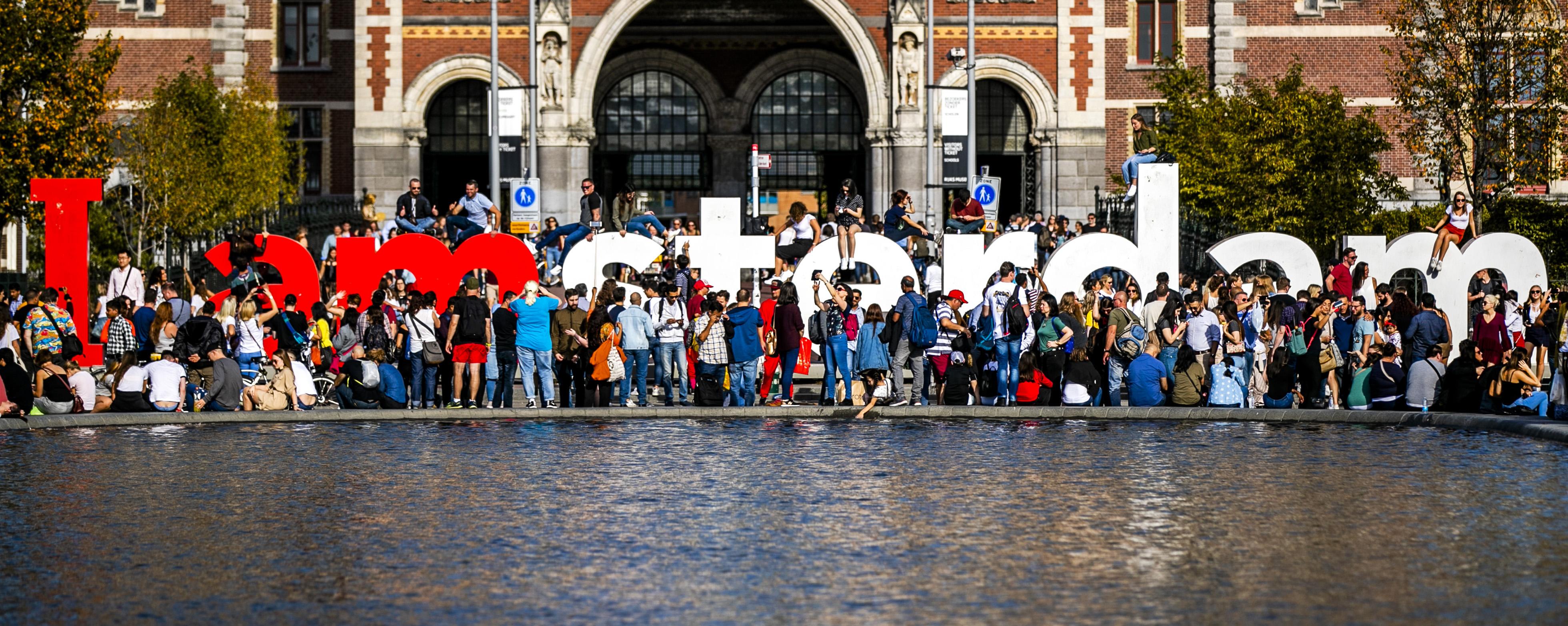 Toeristen bij I Amsterdam.