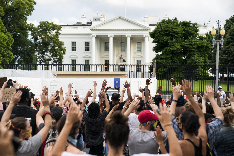 Op deze foto zie je demonstranten voor het Witte Huis