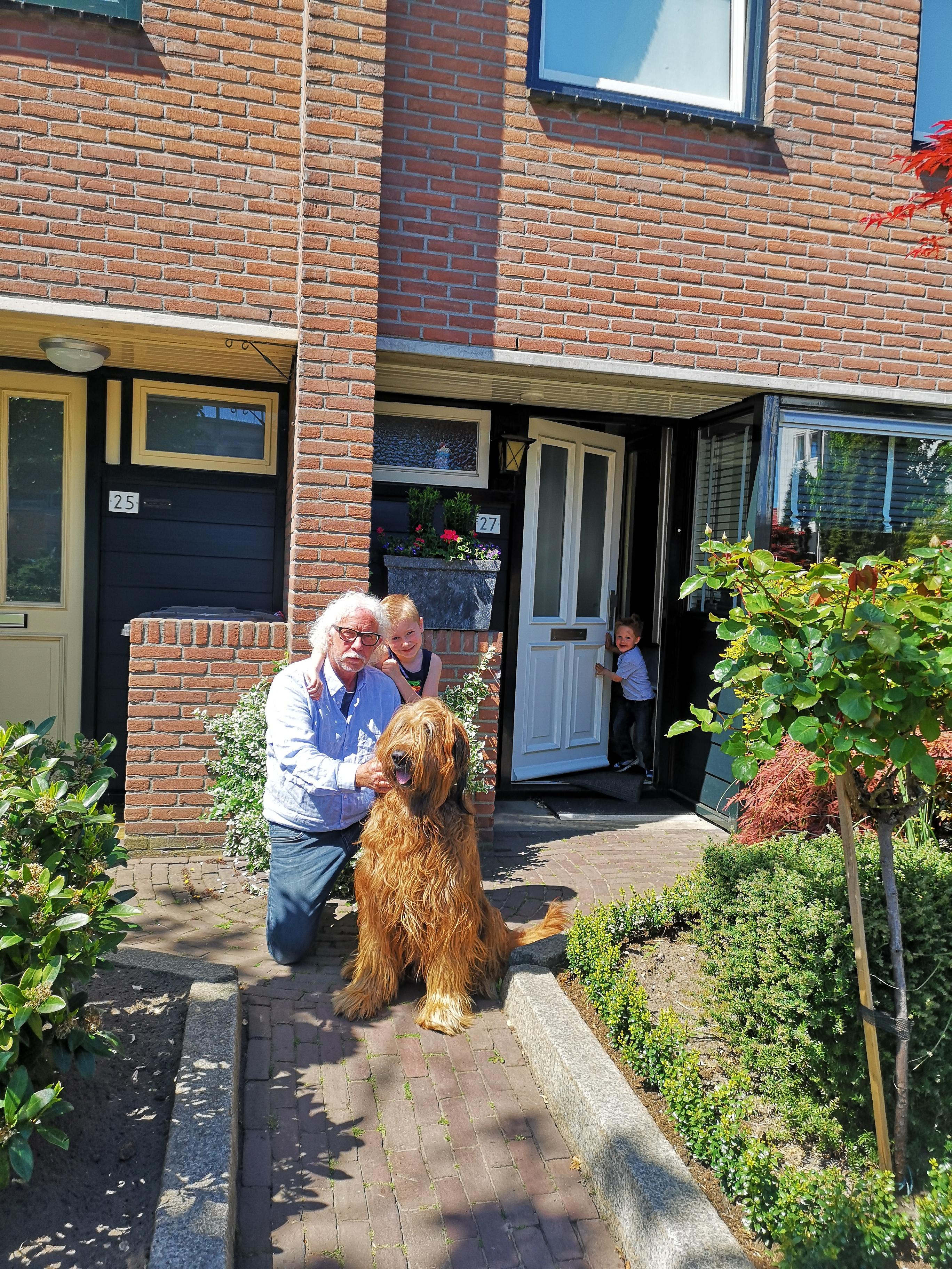 Hank Rook met z'n hond Hunter en kleinkinderen