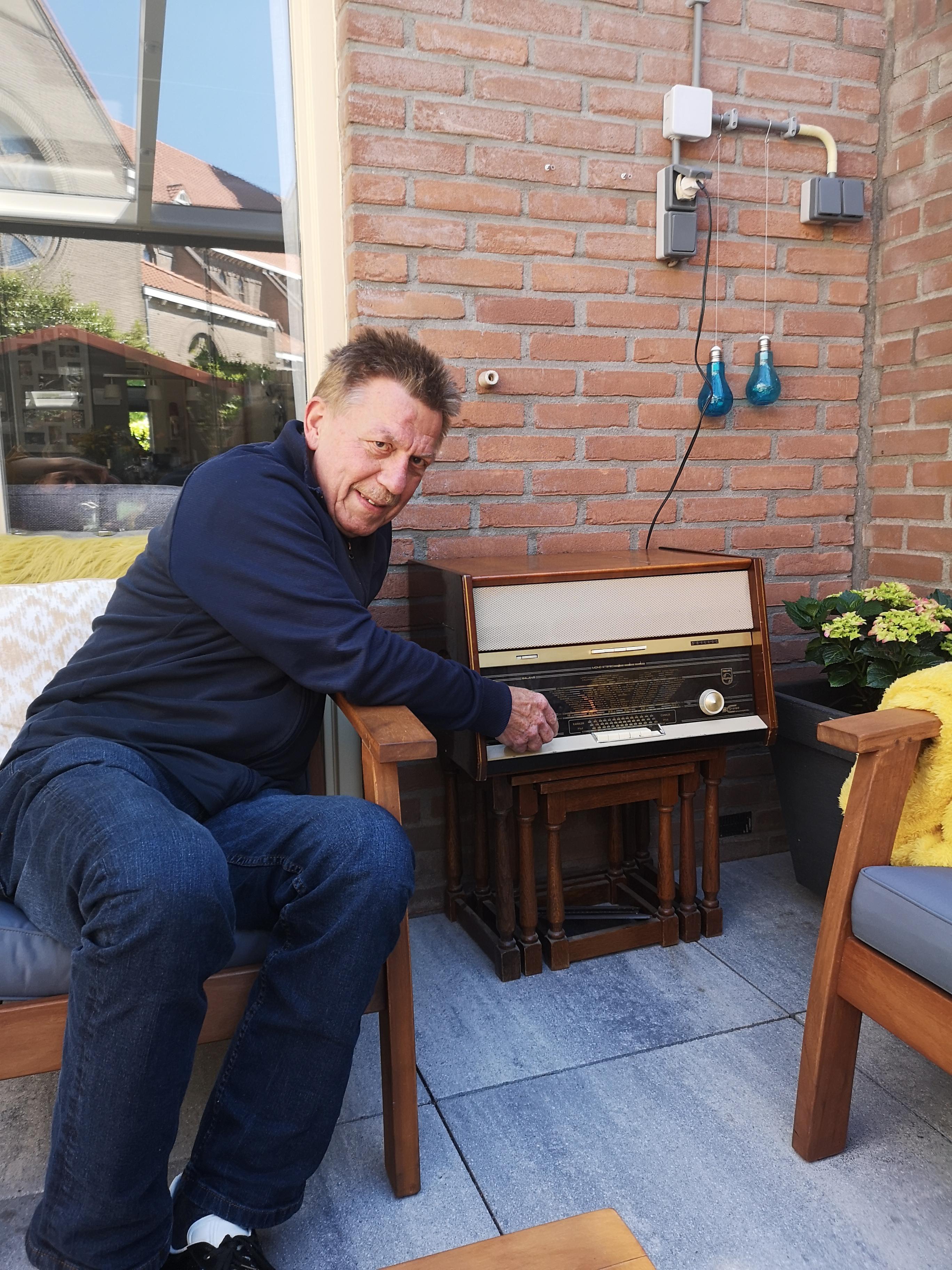 Ludwig van der Valk draait aan z'n antieke radio
