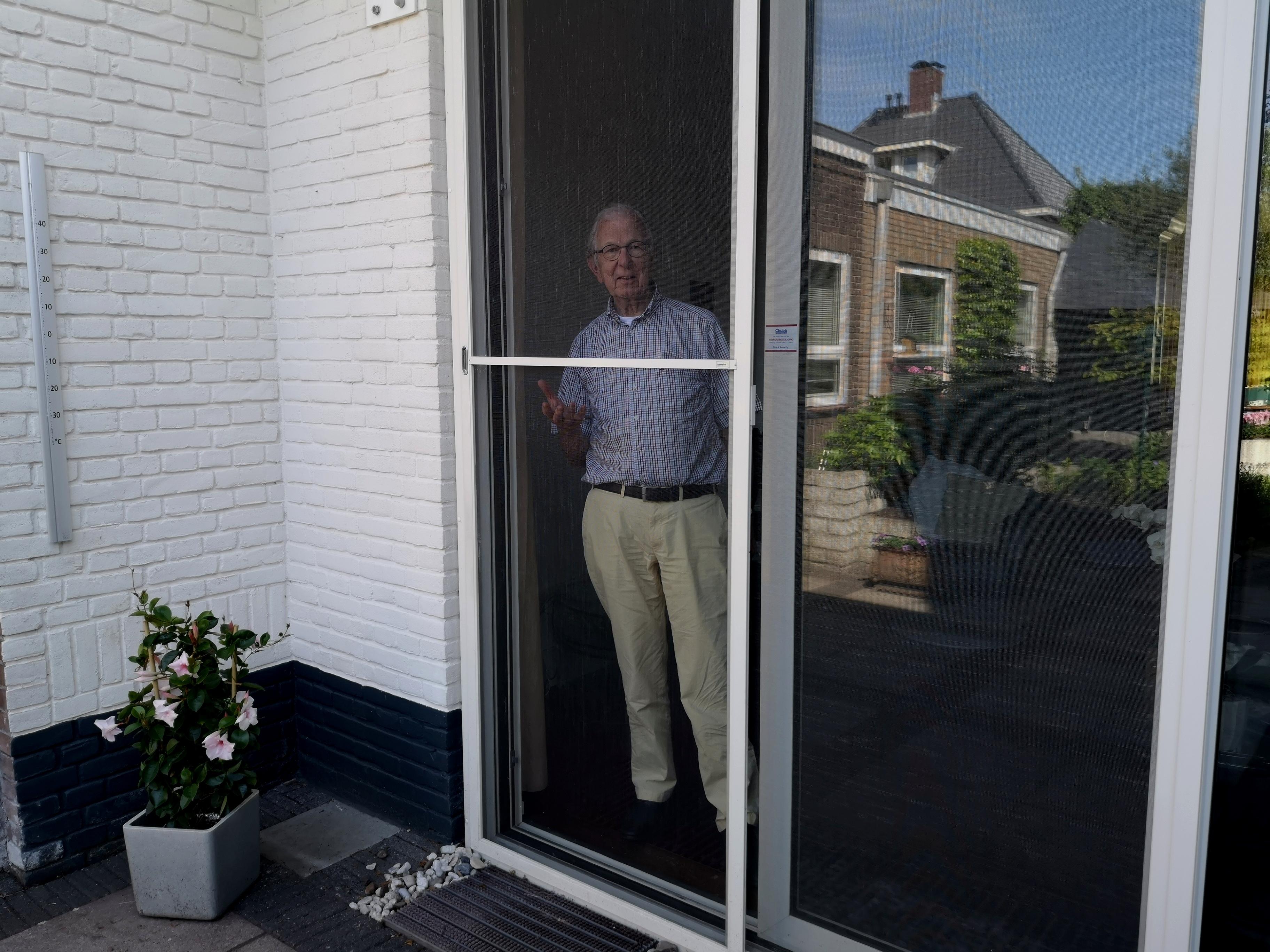Piet Okhuizen voor z'n schuifpui