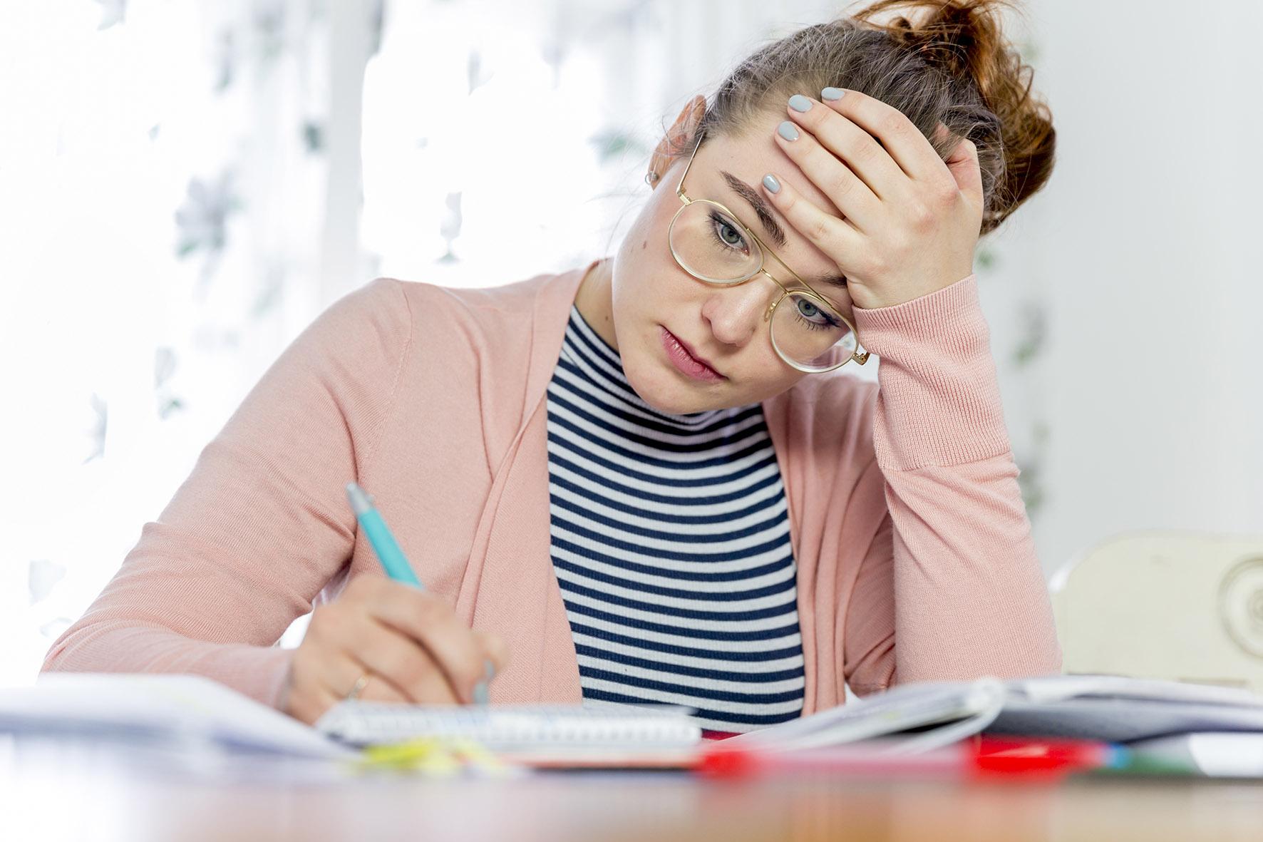 Op deze foto is een studente aan het studeren.