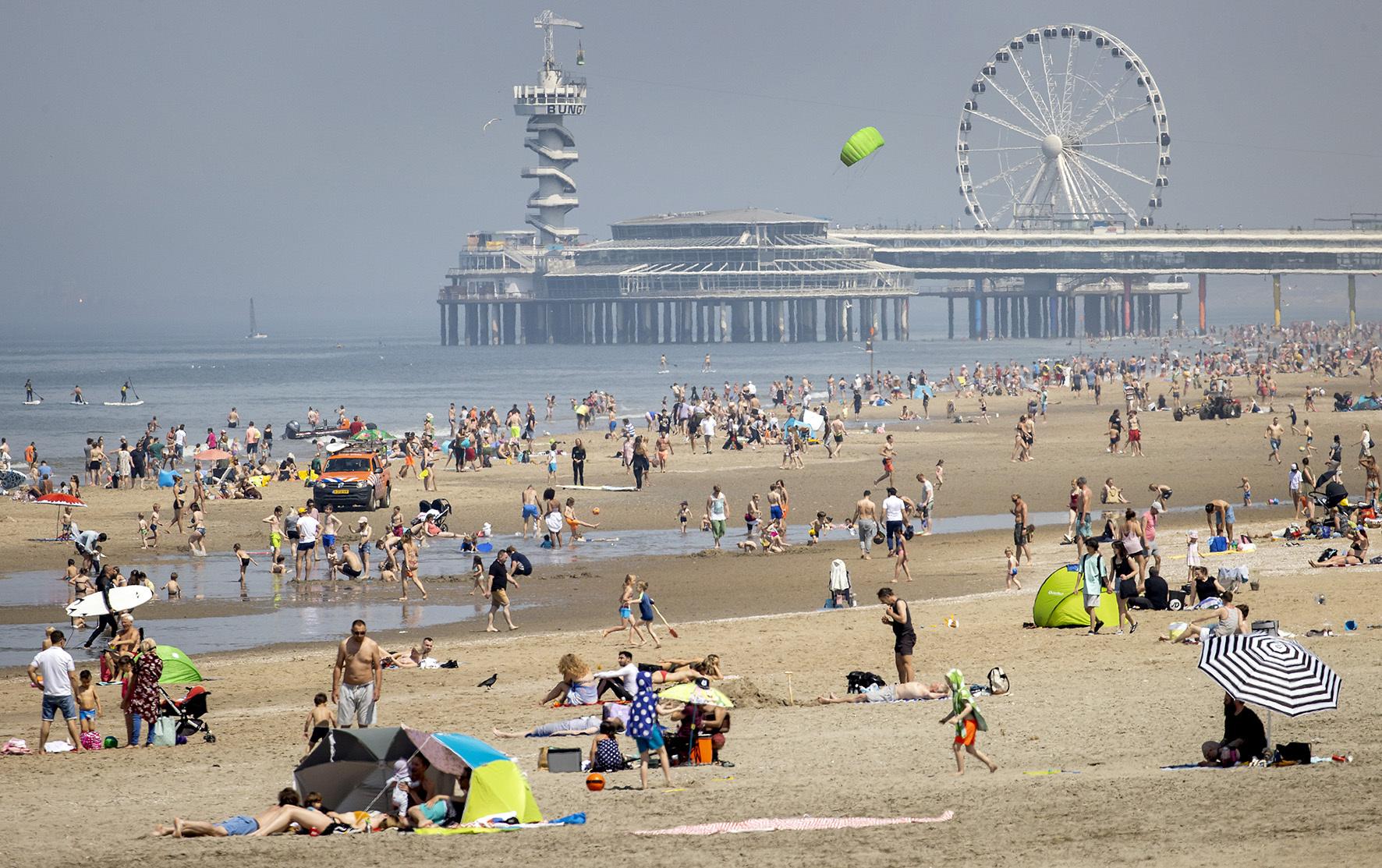 Een foto van het strand van Scheveningen.