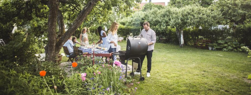 Een foto van mensen die thuis genieten in de tuin