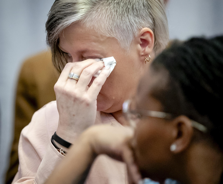 Foto van een huilende vrouw om de toeslagenaffaire.