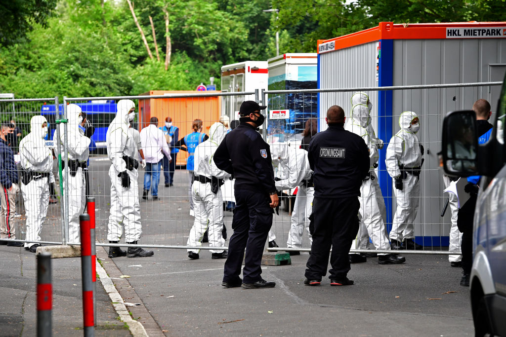 Een foto van politie bij de quarantaineflat in Duitsland