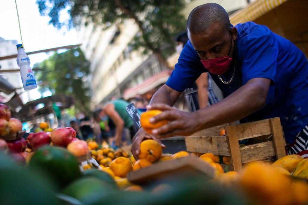Een foto van een man met sinaasappelen op een markt in Rio de Janeiro