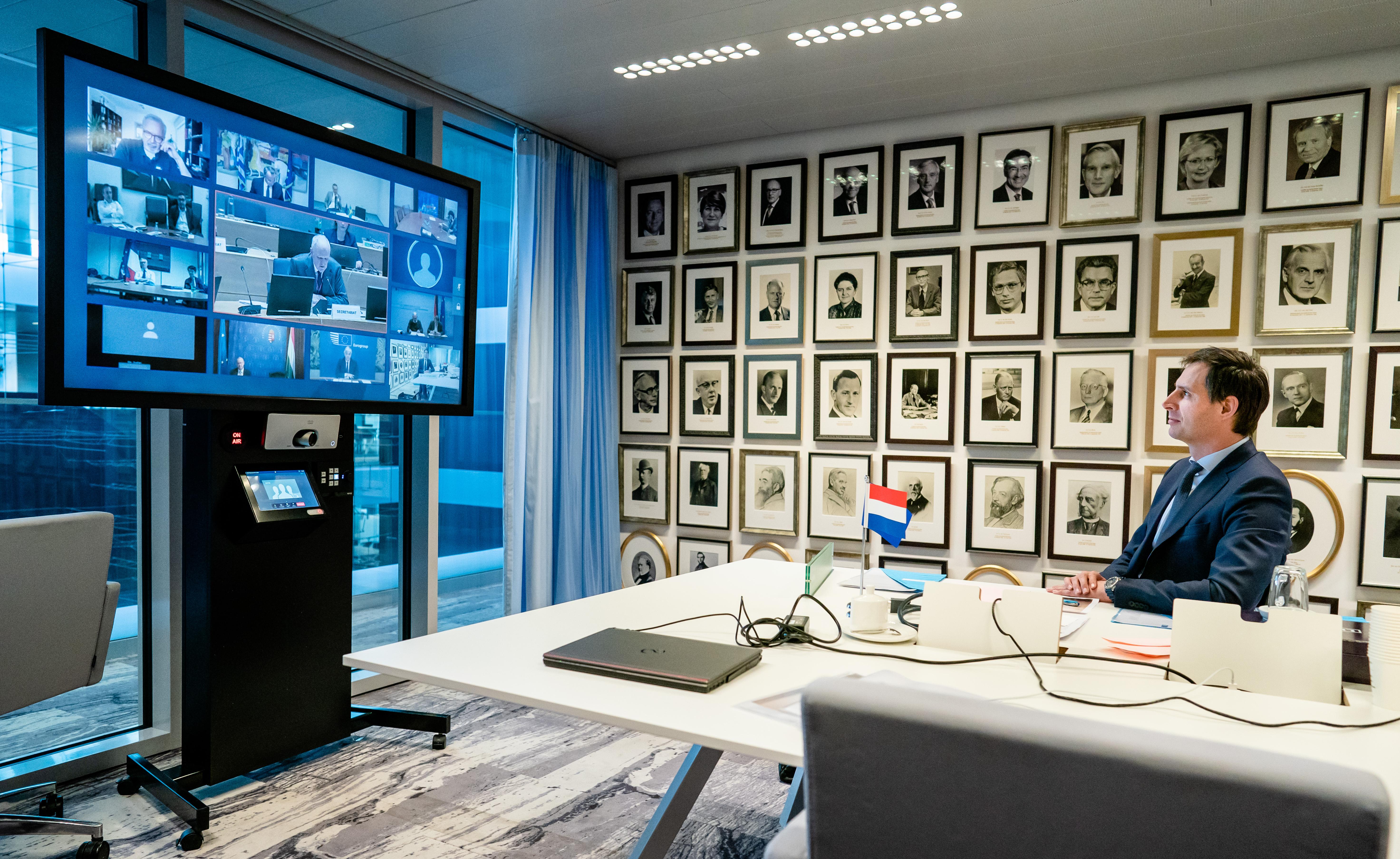 Op de foto minister Hoekstra van Financiën die via video overlegt met zijn collega's in Europa.