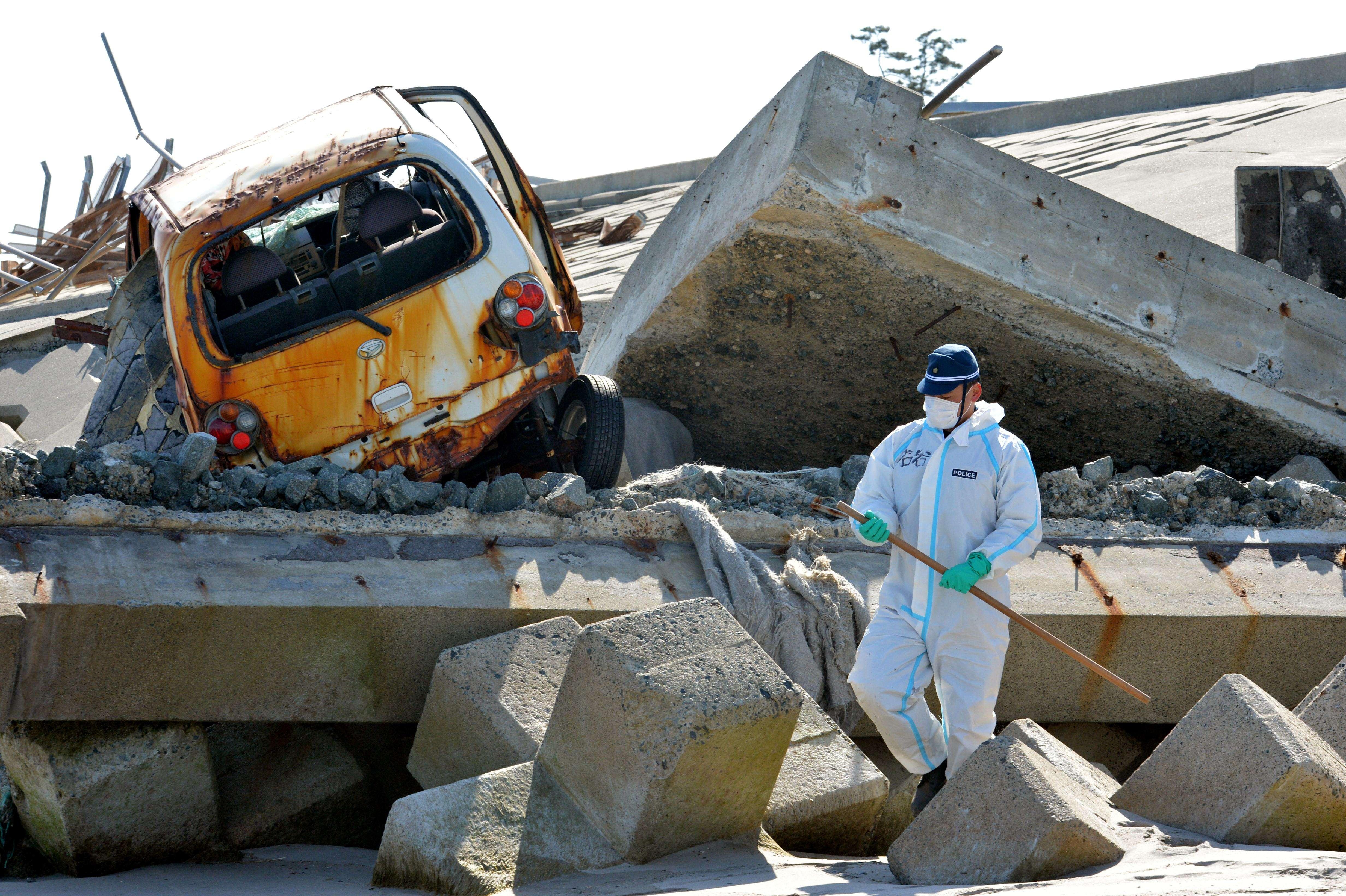 Op de foto een vernielde auto na de tsunami en de kernramp in Fukushima in Japan