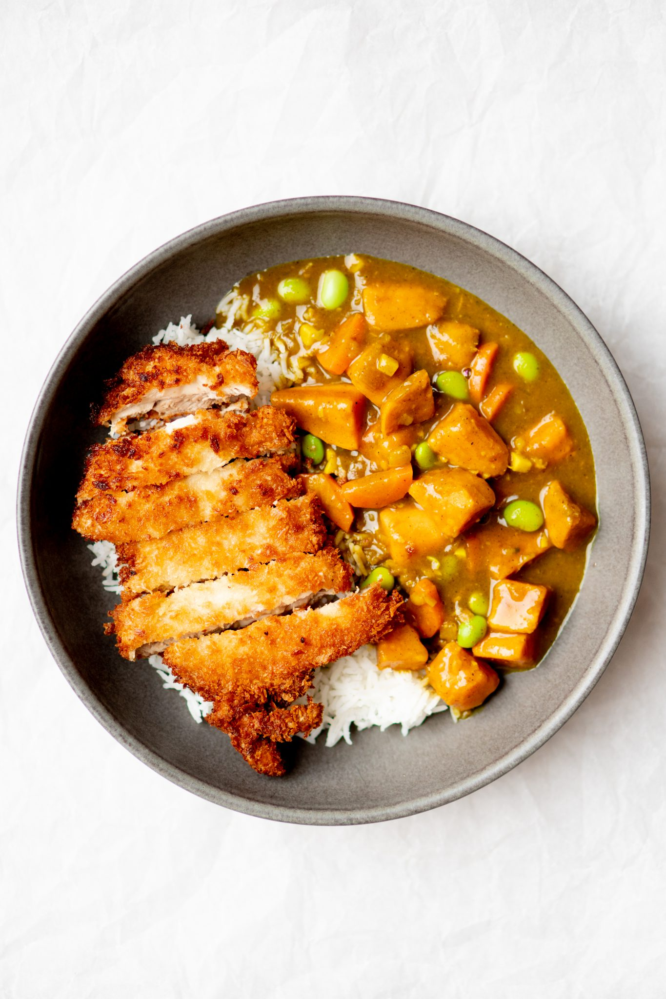 Op deze foto zie je chicken katsu curry (Japanse curry met krokante kip)