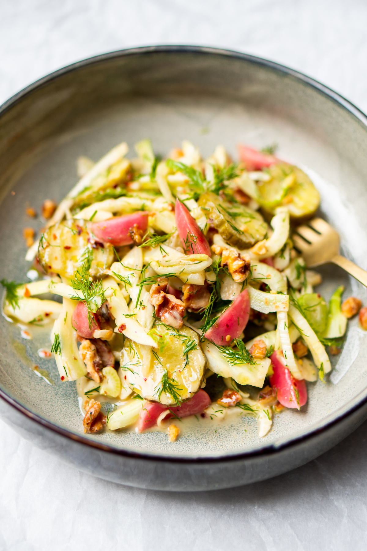 Op deze foto zie jecrunchy zoetzure salade met augurk, venkel en walnoten