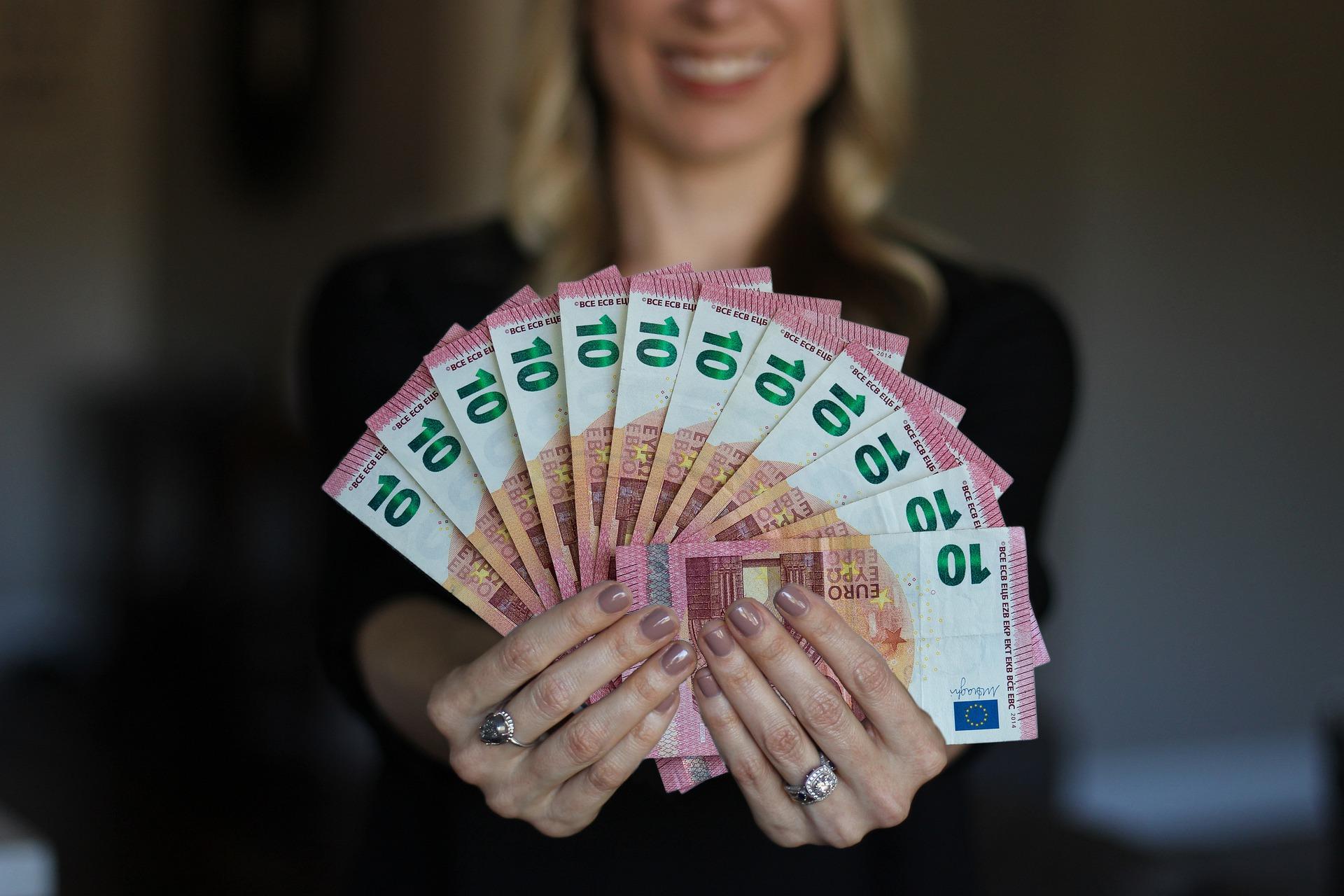 Een foto van een vrouw met een waaier aan eurobiljetten