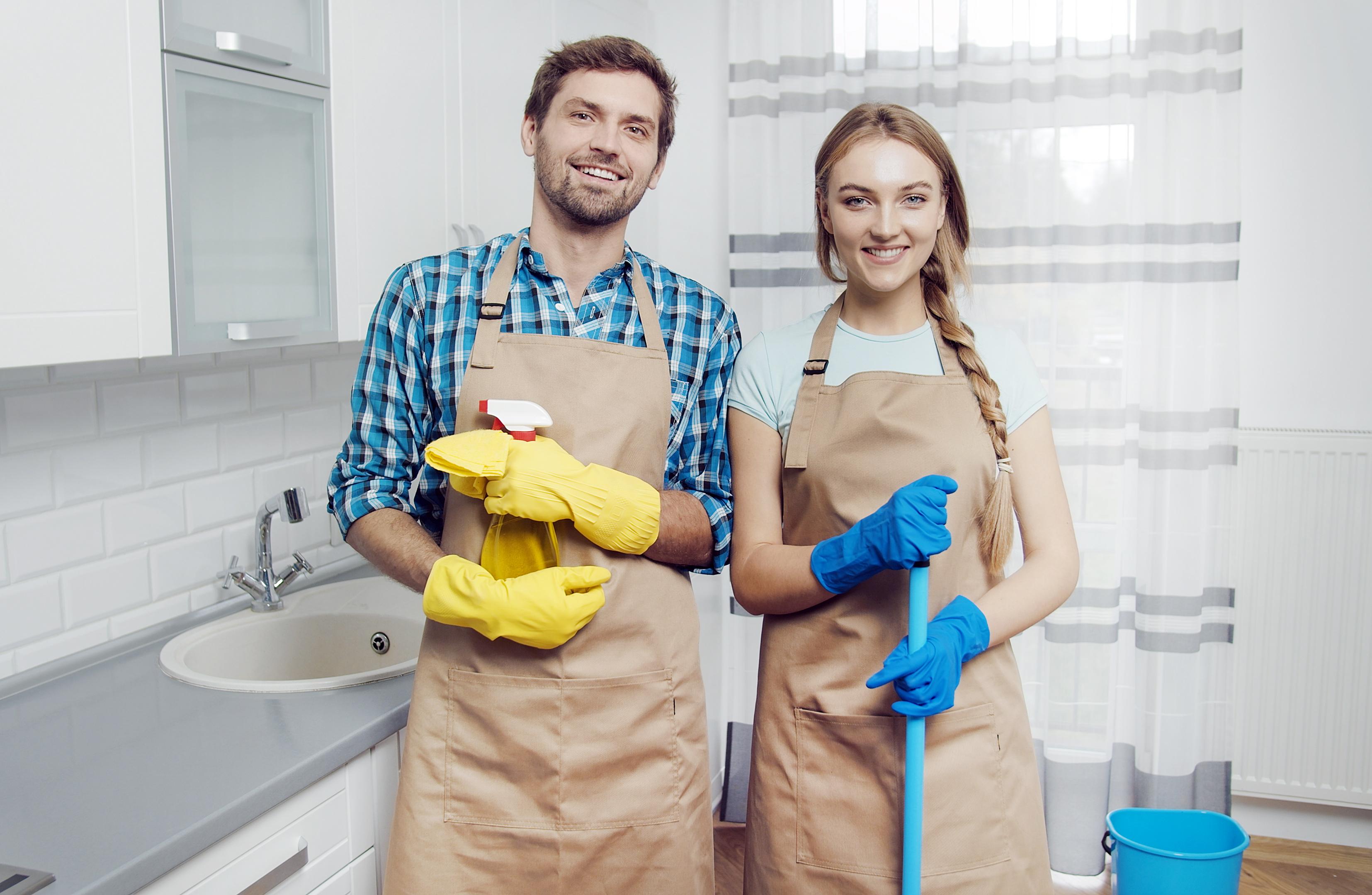 Een foto van een man en een vrouw die samen het huishouden doen
